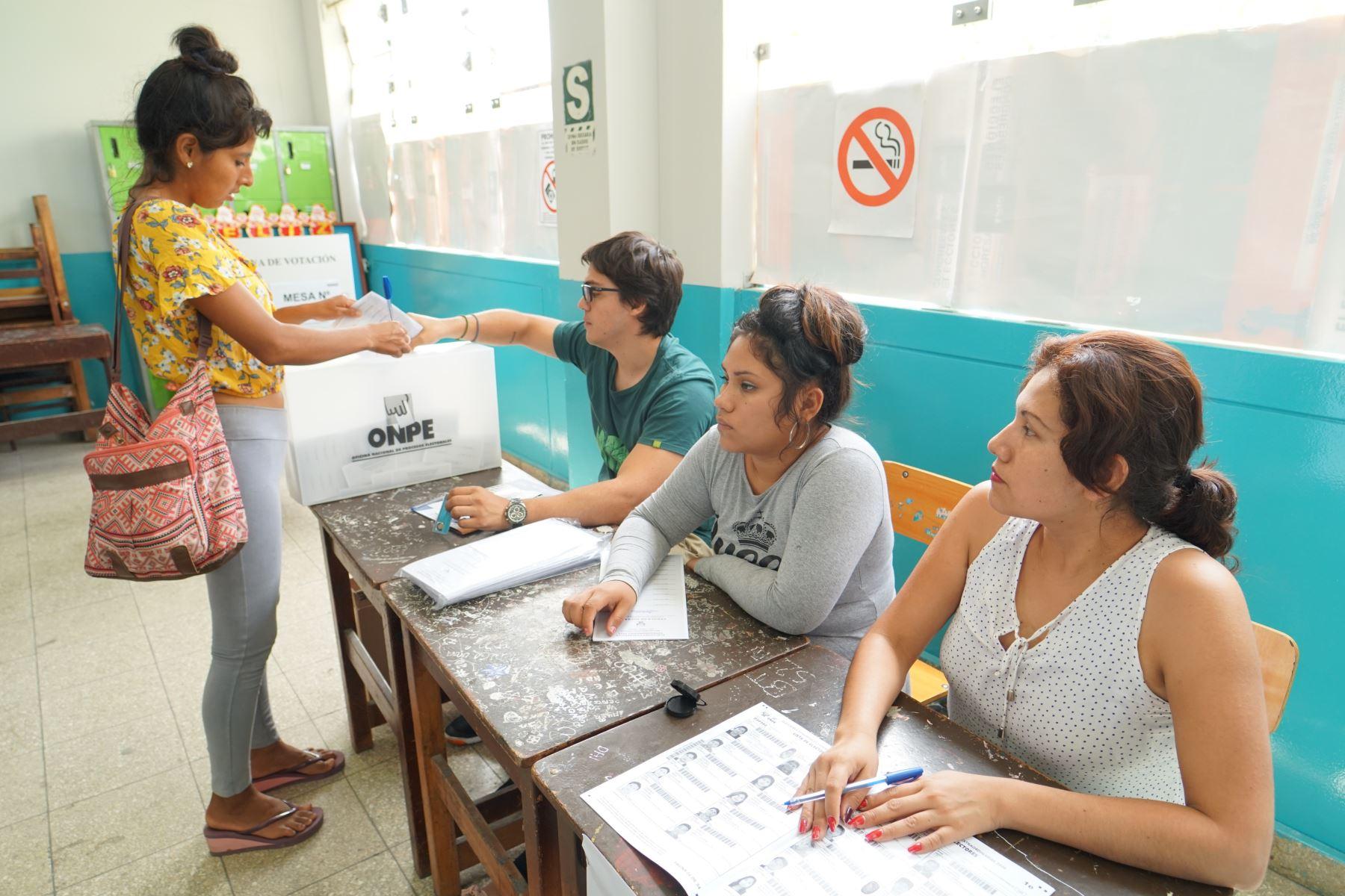 Cerca del 100 % de mesas se instalaron en la ciudad de Ica hasta las 10:30 horas. Foto: Genry Bautista