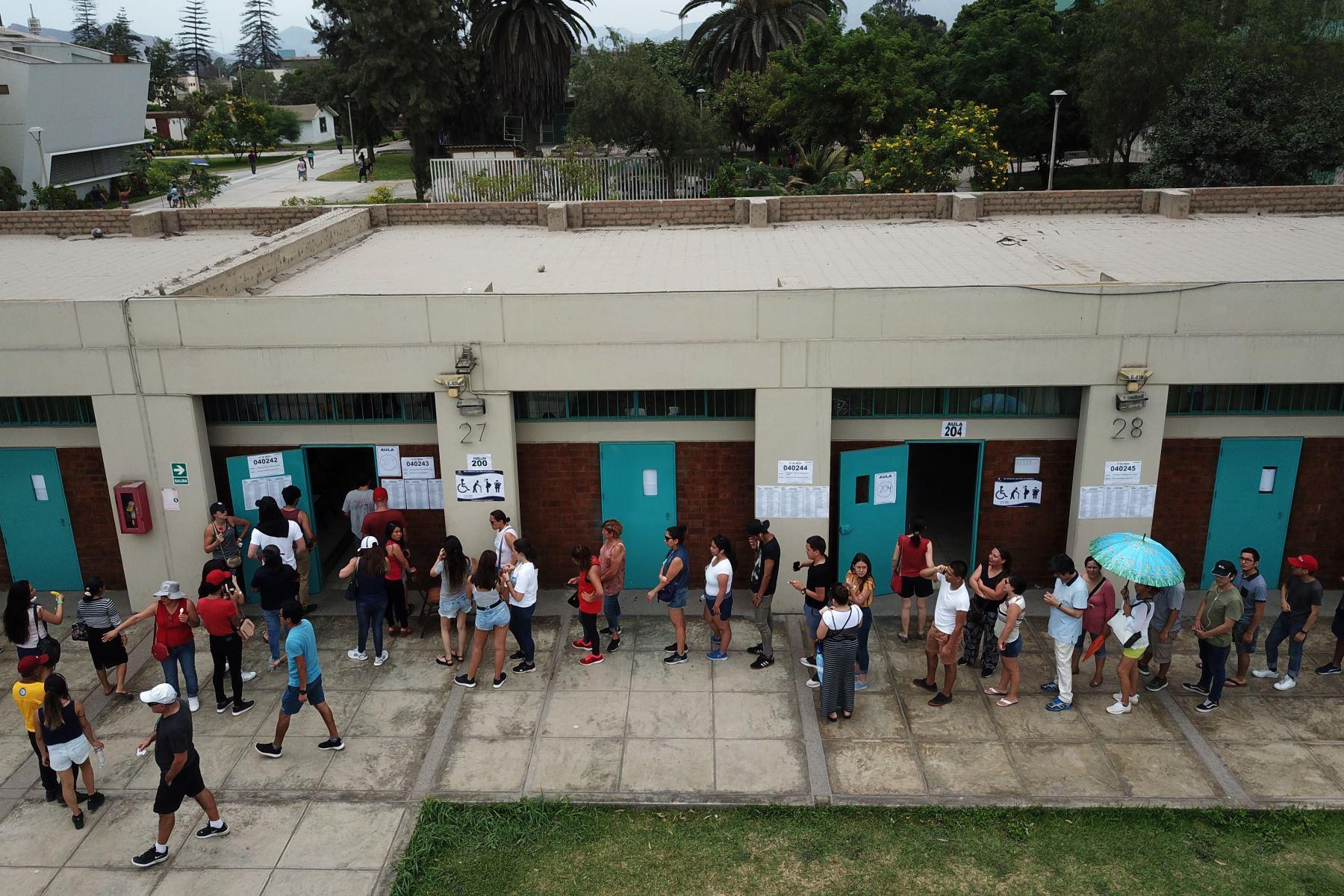 Imagenes tomadas con dron de la multitud de personas que llegan al centro de votación de la Universidad Agraria por las Elecciones Congresales Extraordinarias 2020. Foto: ANDINA/Juan Carlos Guzmán
