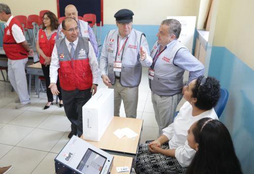 El titular del JNE, Victor Ticona, y los observadores internacionales desarrollaron labor de fiscalización en las elecciones congresales