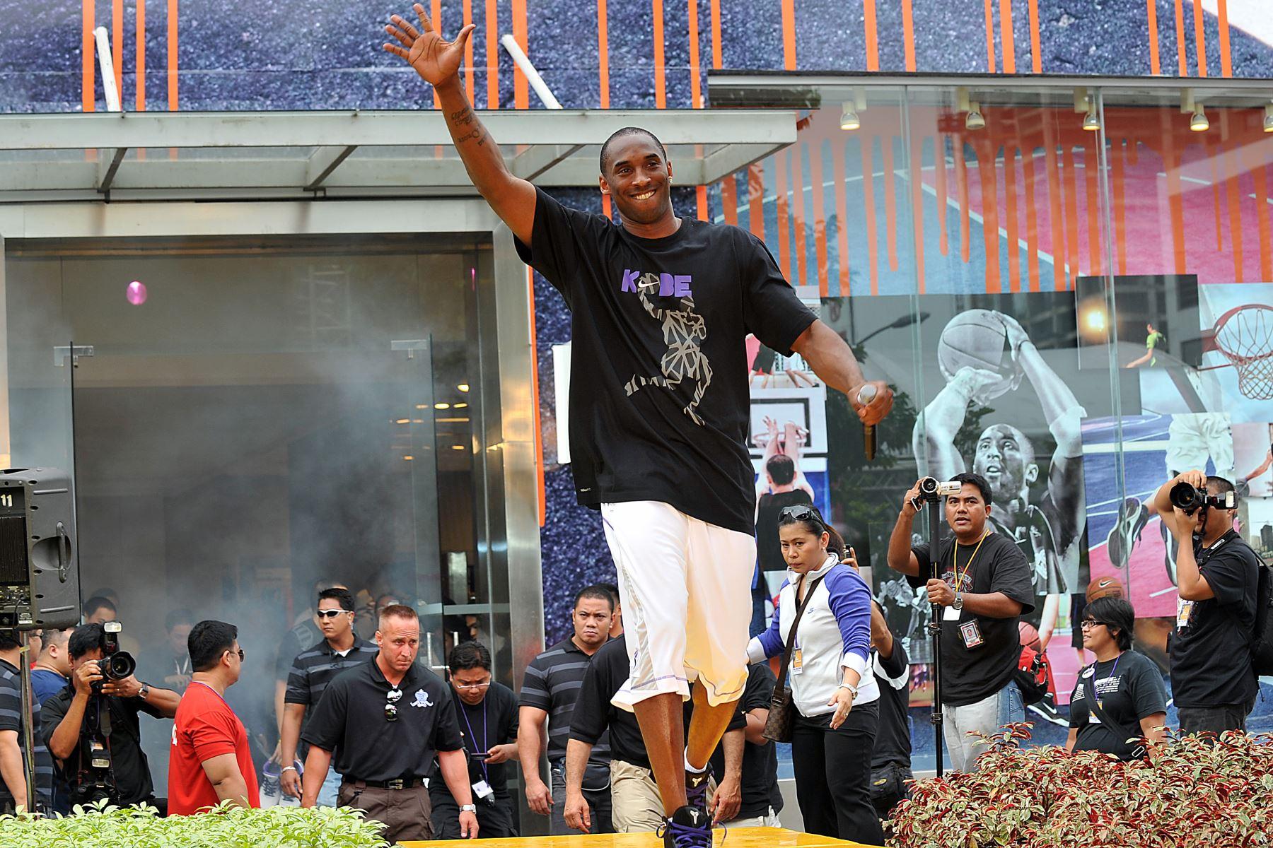 En esta foto de archivo tomada el 21 de julio de 2009, el jugador estadounidense de baskeball Kobe Bryant de Los Angeles Lakers saluda a los fanáticos cuando llega a un evento de caridad como parte de su gira asiática en Manila.Foto:AFP