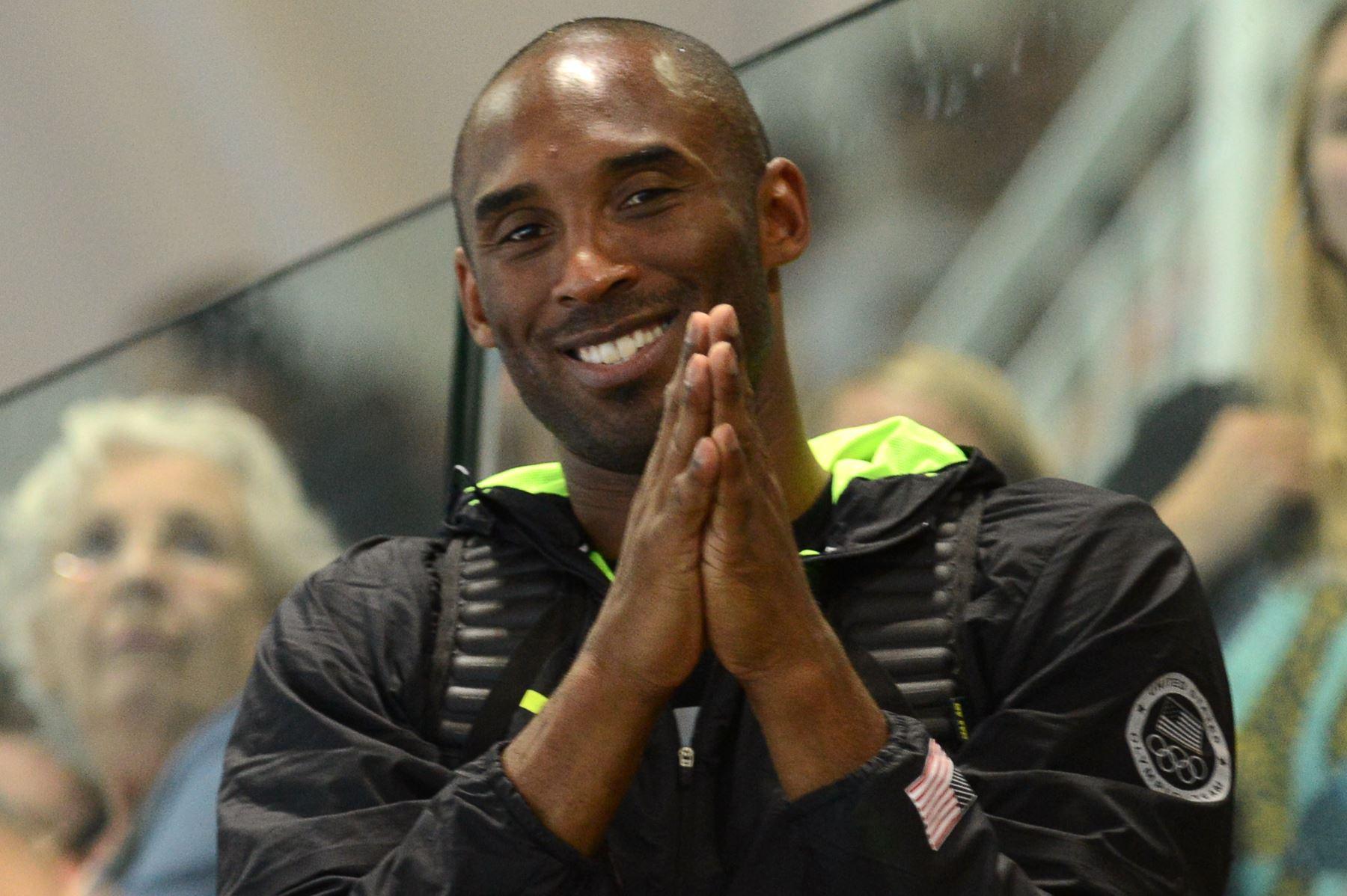 En esta foto de archivo tomada el 4 de agosto de 2012, el jugador de baloncesto estadounidense Kobe Bryant reacciona mientras observa la final de relevos combinados 4x100m masculinos durante el evento de natación en los Juegos Olímpicos de Londres 2012 en Londres.Foto:AFP