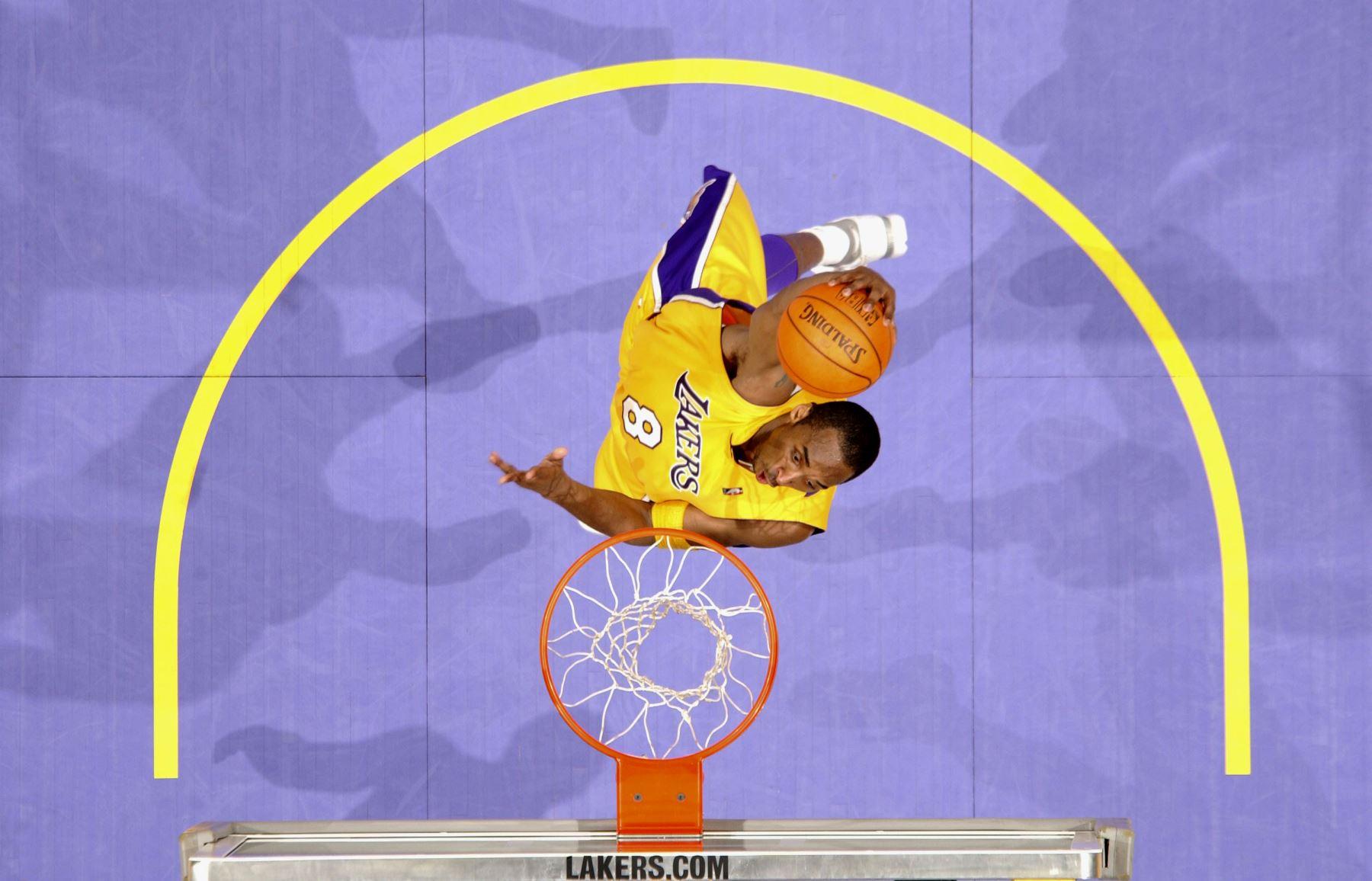 Kobe Bryant # 8 de los Lakers de Los Ángeles se sumerge contra los Portland Trail Blazers el 14 de abril de 2006 en el Staples Center de Los Ángeles, California. Foto:AFP