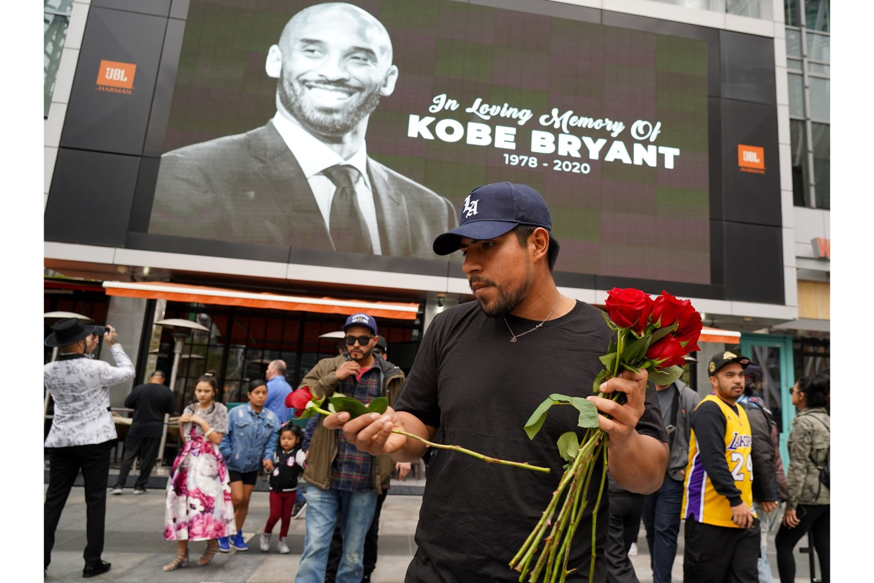 Un fanático llora la muerte de la estrella retirada de la NBA Kobe Bryant fuera del Staples Center antes de la 62a Entrega Anual de los Premios Grammy en Los Ángeles, California. Bryant, de 41 años, murió hoy en un accidente de helicóptero cerca de Calabasas, California. Rachel Foto: AFP