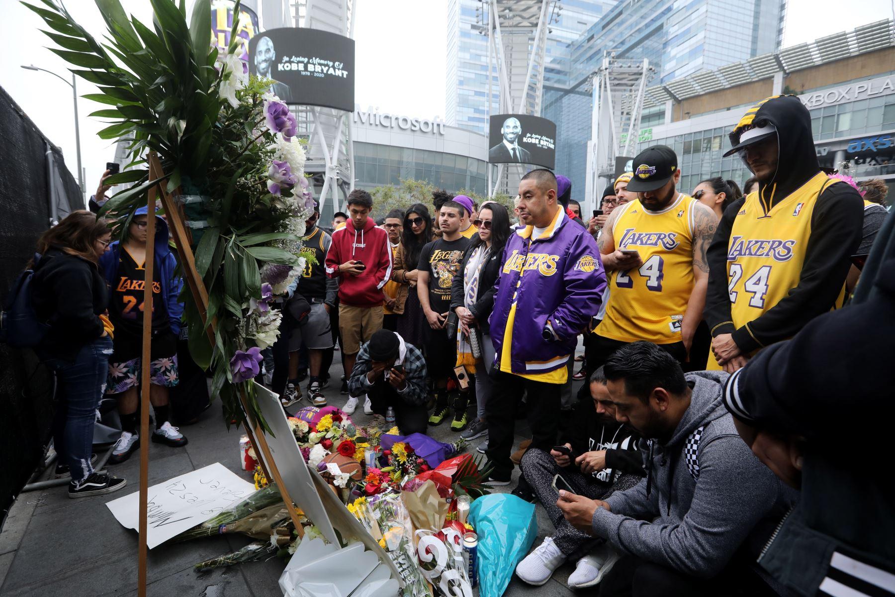Los fanáticos de los Angeles Lakers Kobe Bryant se reúnen en LA Live al otro lado de la calle del Staples Center, sede de la NBA Los Angeles Lakers en Los Ángeles, California, EE. UU. Foto: EFE