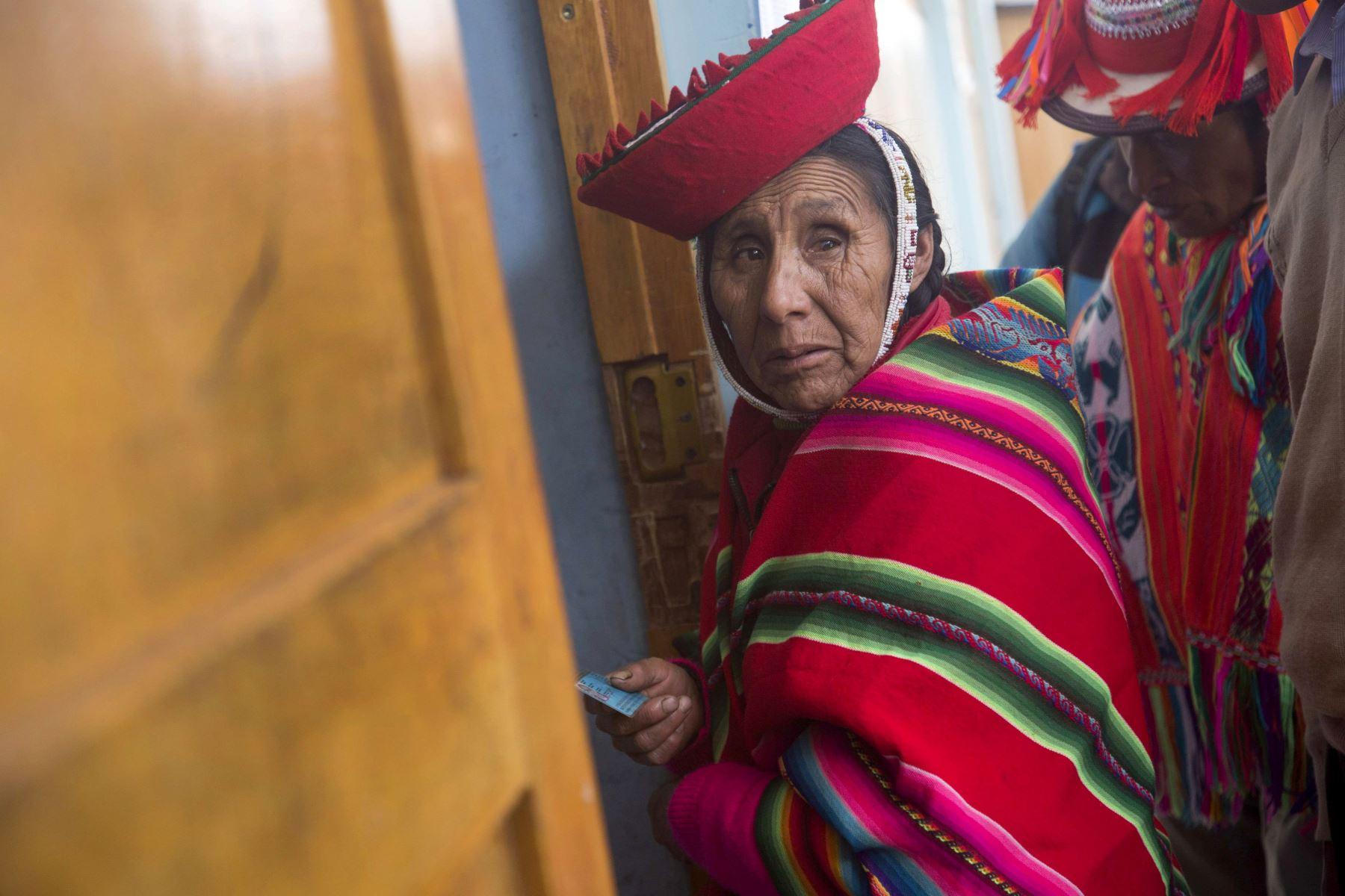 Una mujer de la comunidad campesina Quelccanqa llega a votar al centro de votación en el departamento del Cuzco (Perú), donde se realizaron  elecciones extraordinarias al Congreso. Foto: EFE