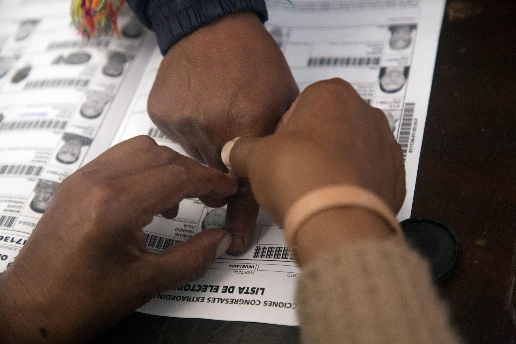Un votante tiene la huella digital tomada en un colegio electoral durante las elecciones legislativas en Ollantaytambo, en la región de Cuzco. Foto: AFP