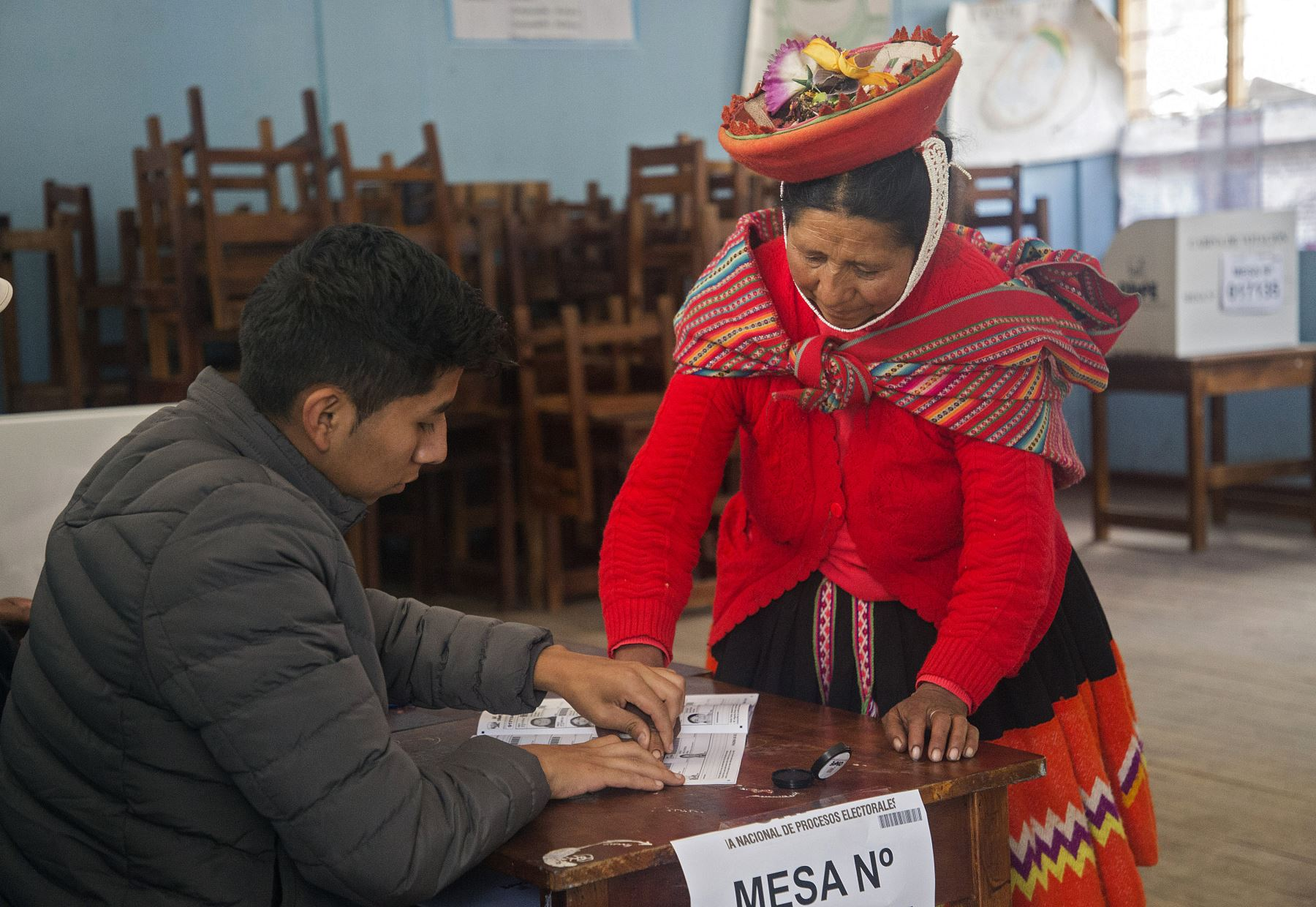 Una mujer indígena tiene su huella digital tomada en un colegio electoral mientras vota durante las elecciones legislativas en Ollantaytambo, en la región de Cusco. Foto: AFP