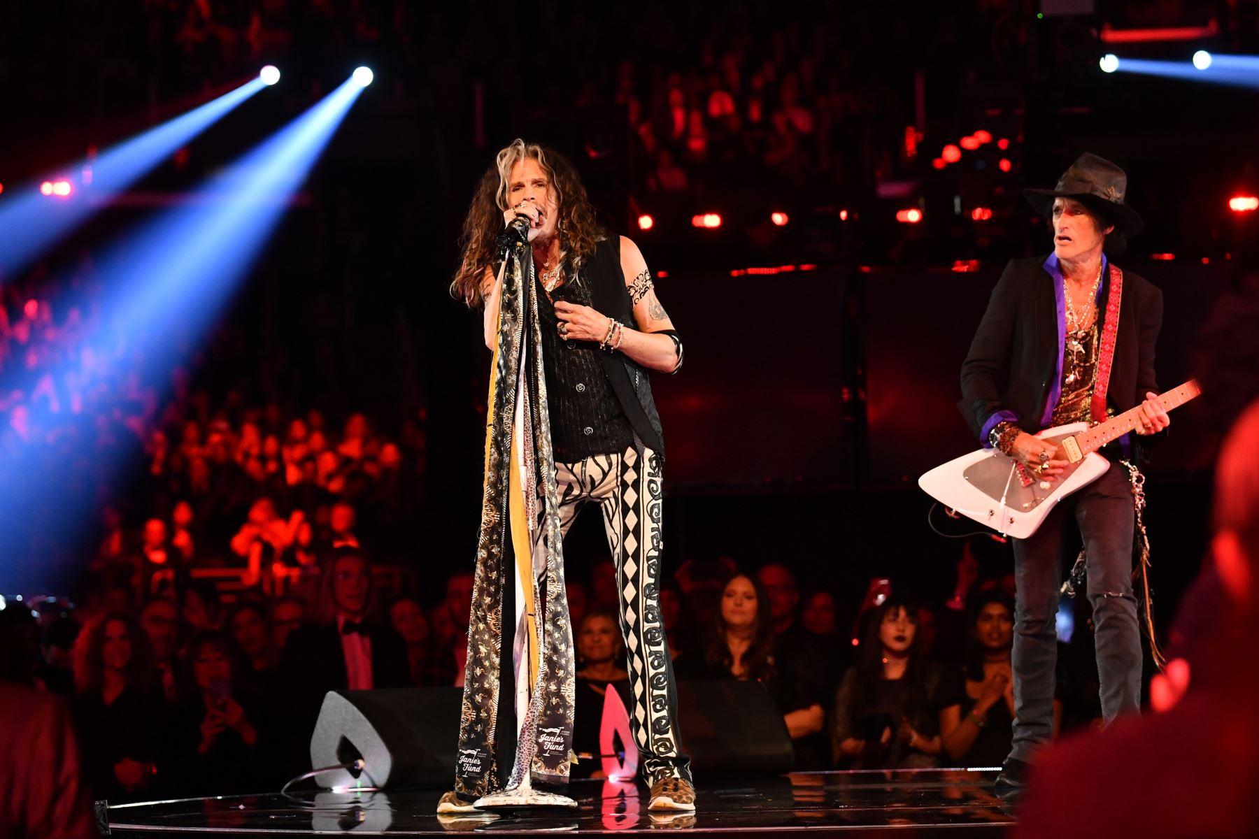 Steven Tyler y Joe Perry de Aerosmith se presentan en el escenario durante la 62a Entrega Anual de los Premios GRAMMY en Los Ángeles, California.  Foto: AFP