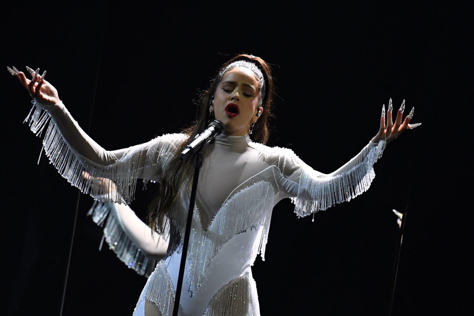 Rosalía actúa en el escenario durante la 62a Entrega Anual de los Premios GRAMMY en el Staples Center en Los Ángeles, California. Foto: AFP