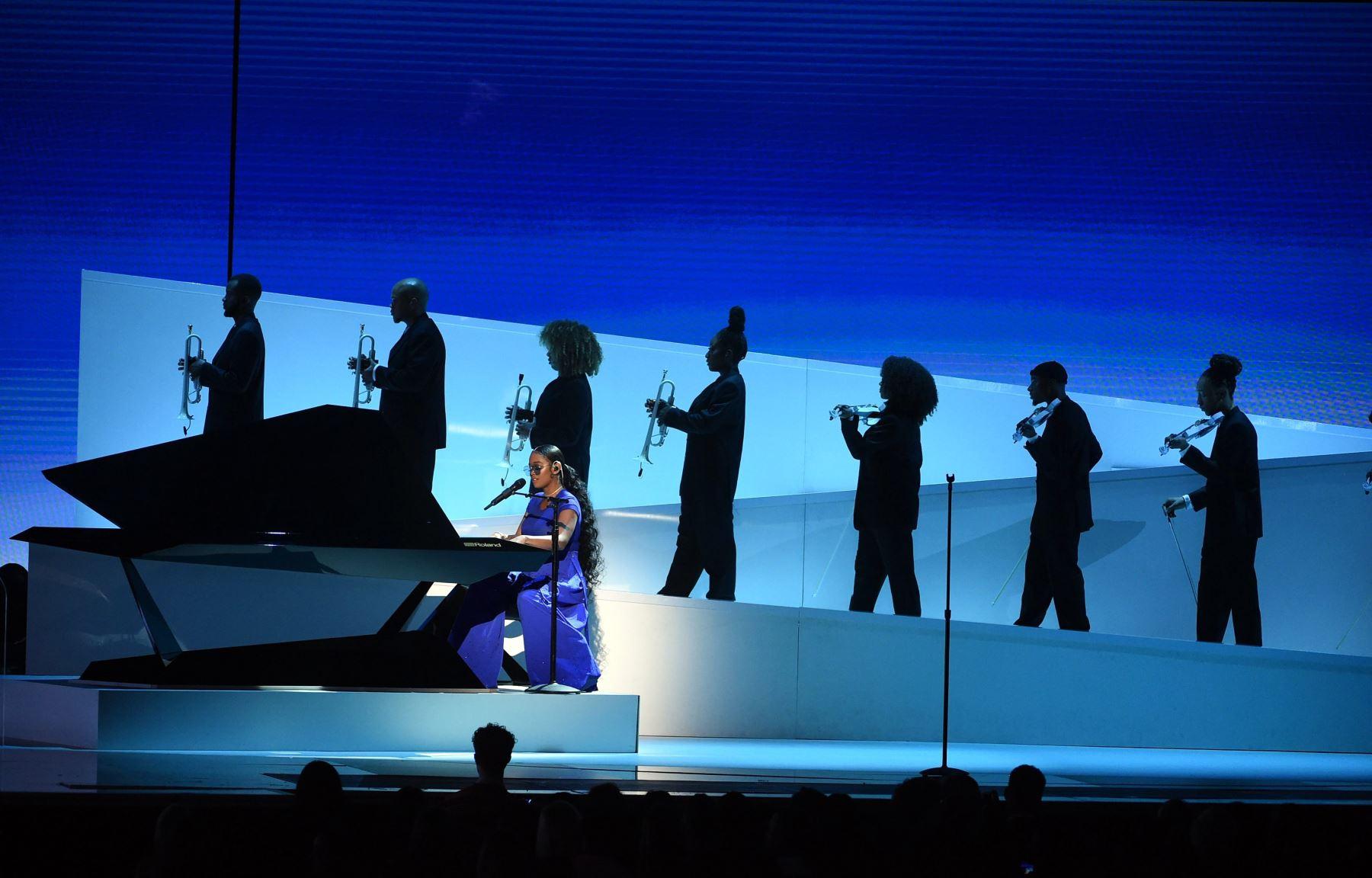 H.E.R actúa en el escenario durante la 62a Entrega Anual de los Premios GRAMMY  en Los Ángeles, California.  Foto: AFP