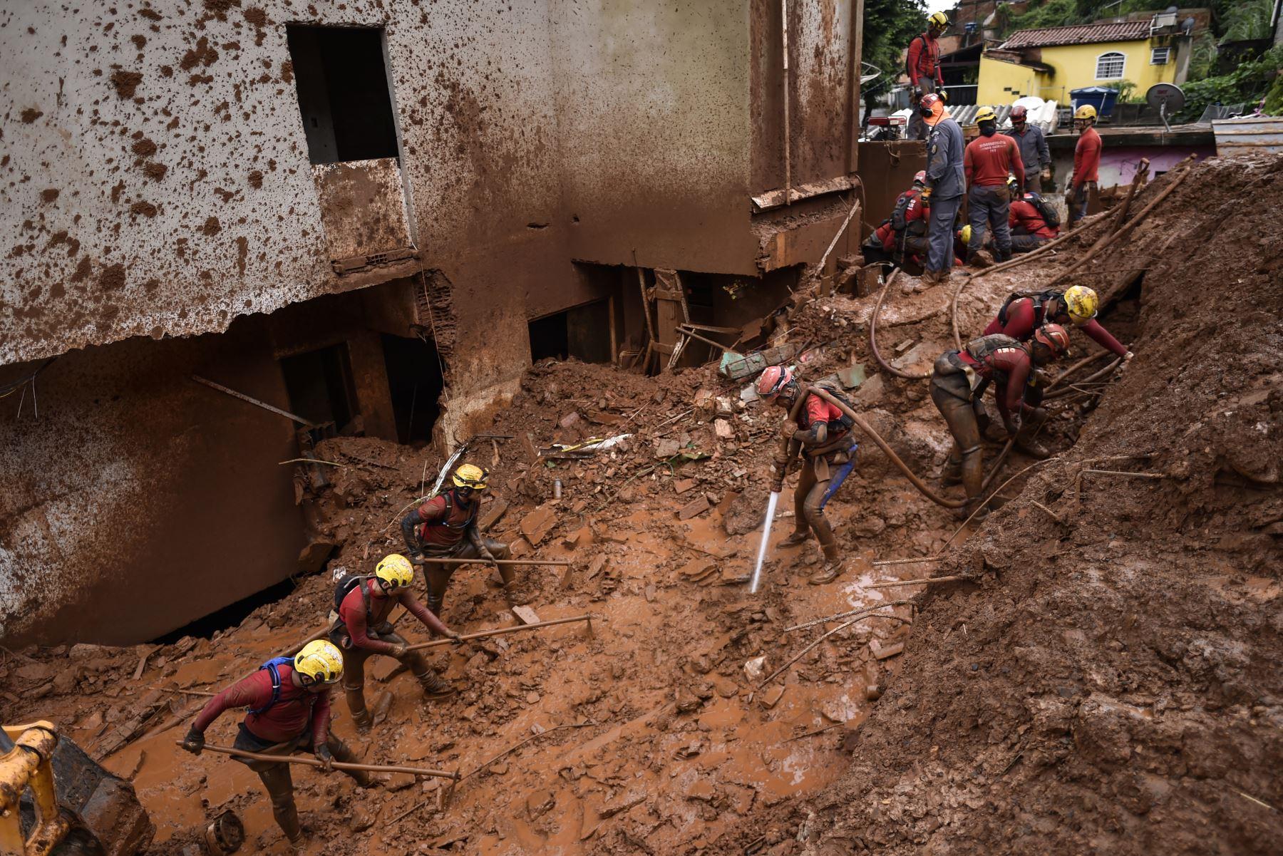 Los bomberos buscan personas desaparecidas utilizando una técnica de desmantelamiento hidráulico, que utiliza agua para dispersar el lodo, después de un deslizamiento de tierra en Vila Bernadete, Belo Horizonte, estado de Minas Gerais, Brasil. AFP