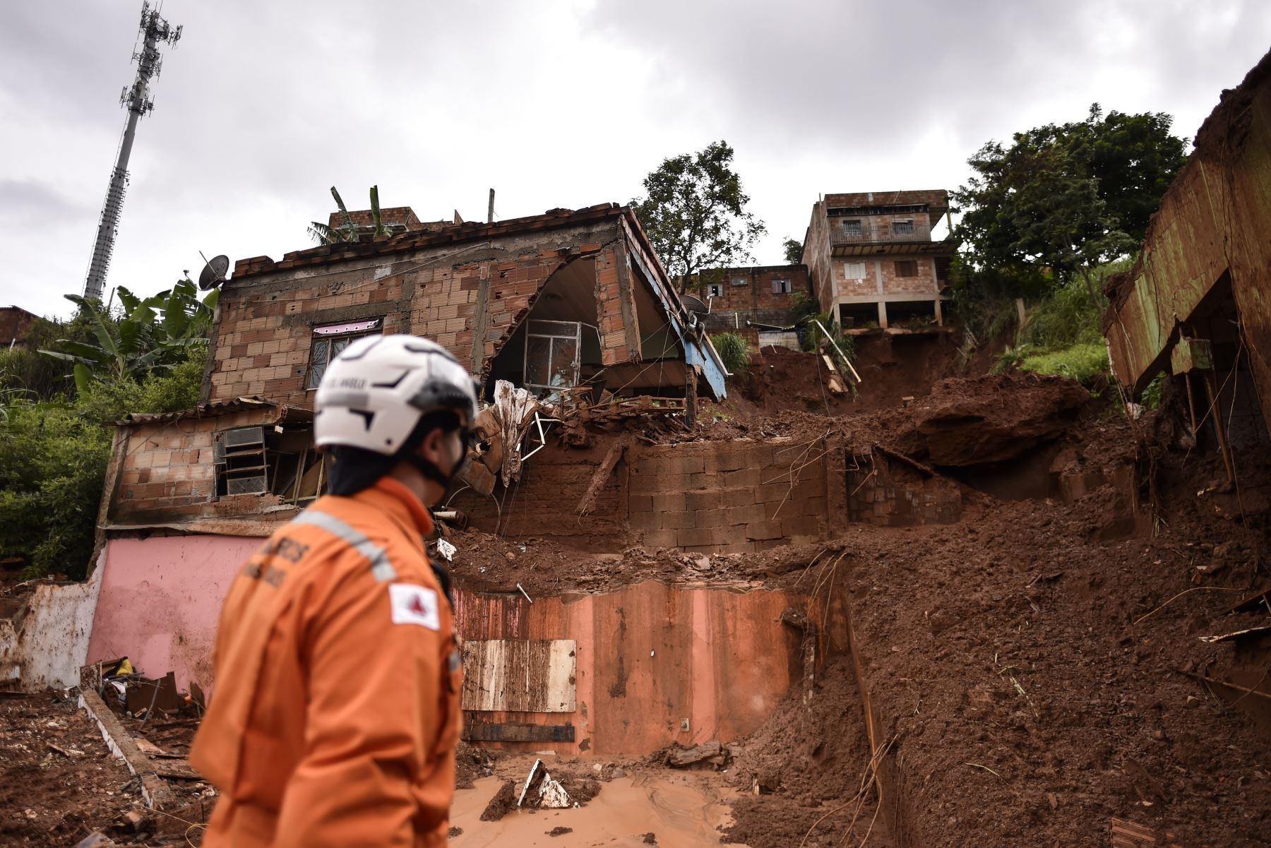 Un bombero observa el sitio de un deslizamiento de tierra en Vila Bernadete, Belo Horizonte, estado de Minas Gerais, Brasil. AFP