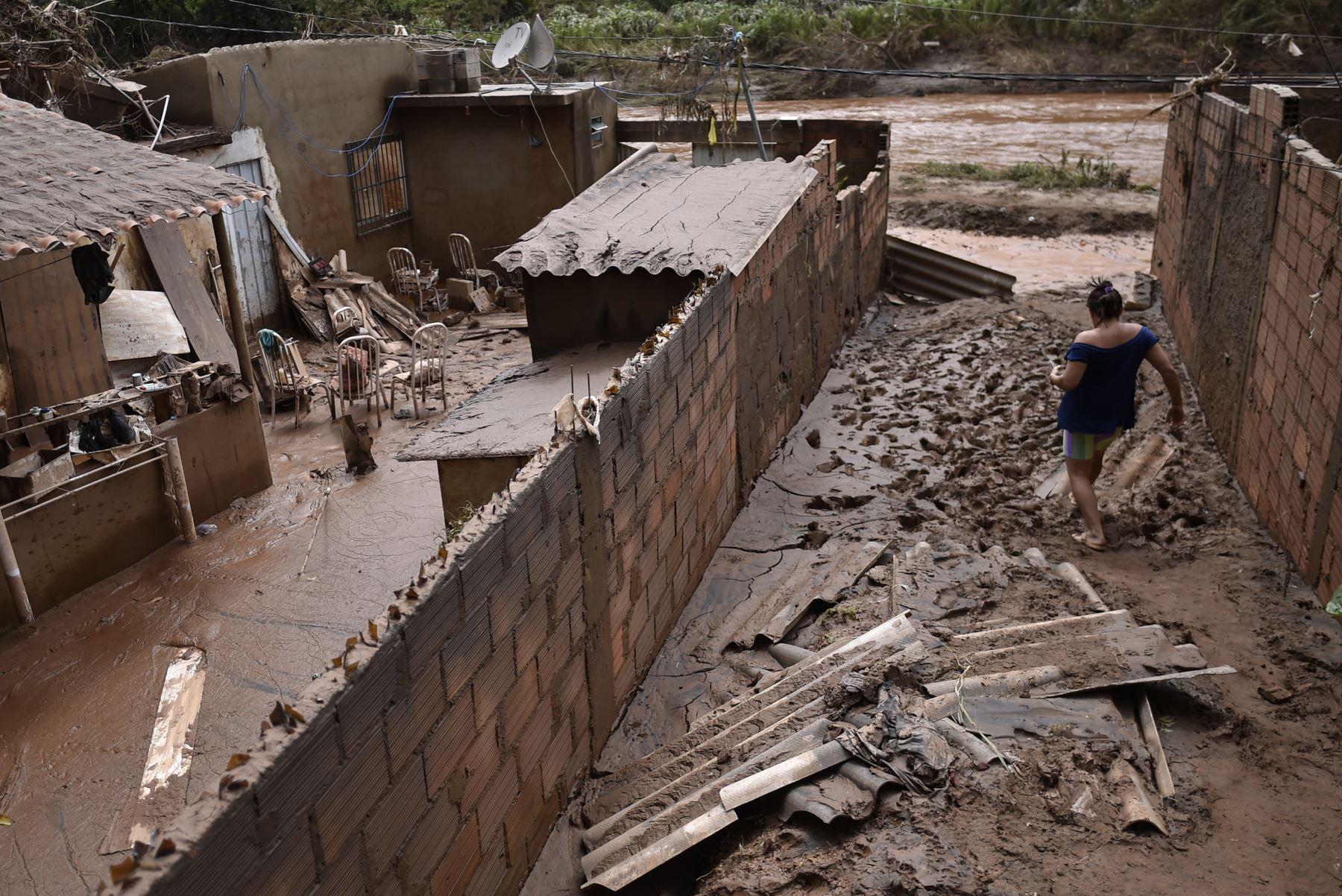 Un deslizamiento de tierra enterró el viernes varias casas en Vila Bernadete, dejando 4 muertos y 7 desaparecidos. Dos días de lluvias torrenciales en el estado de Minas Gerais han dejado al menos 30 muertos, varios heridos, 17 desaparecidos y más de 2.500 personas sin hogar tras una serie de derrumbes y derrumbes de casas, dijeron funcionarios de Defensa Civil. AFP