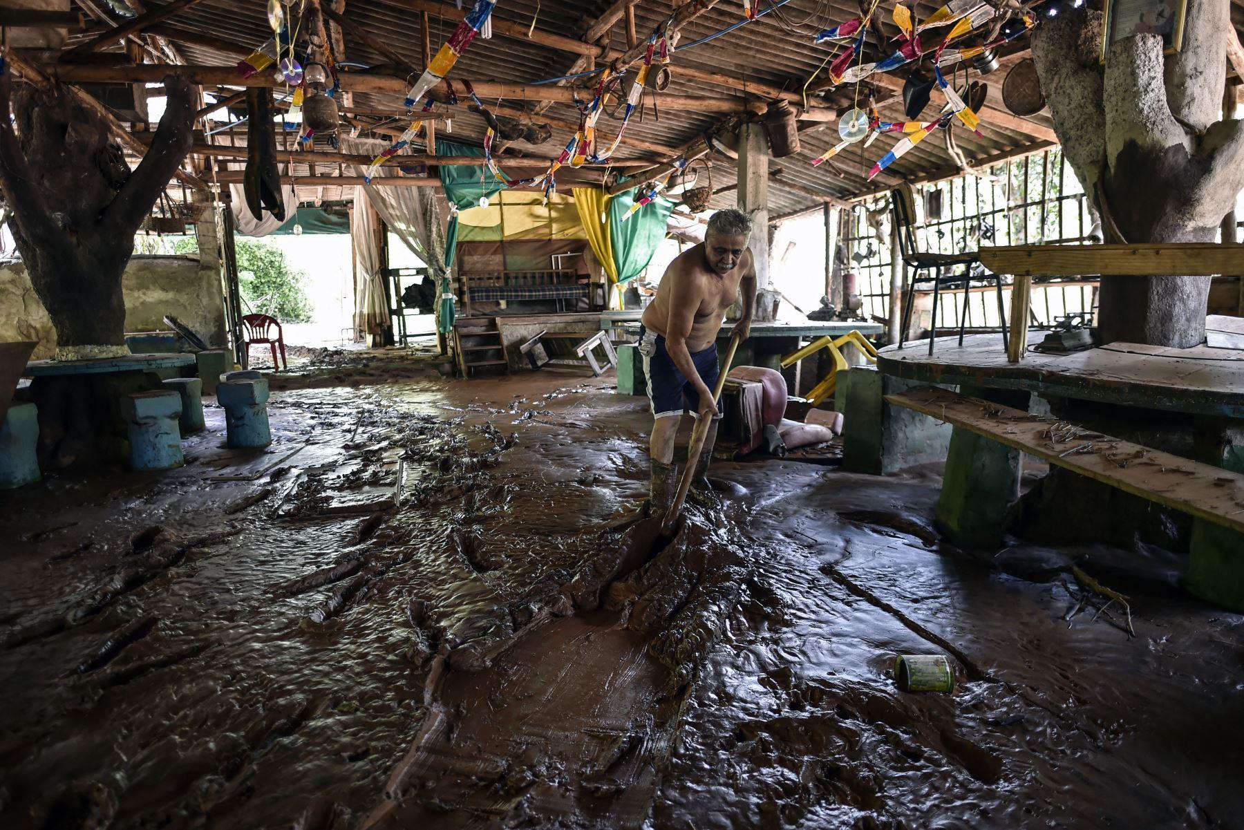 Un hombre limpia en un restaurante después del desbordamiento del río Das Velhas en Sabara, Belo Horizonte, estado de Minas Gerais, Brasil. AFP