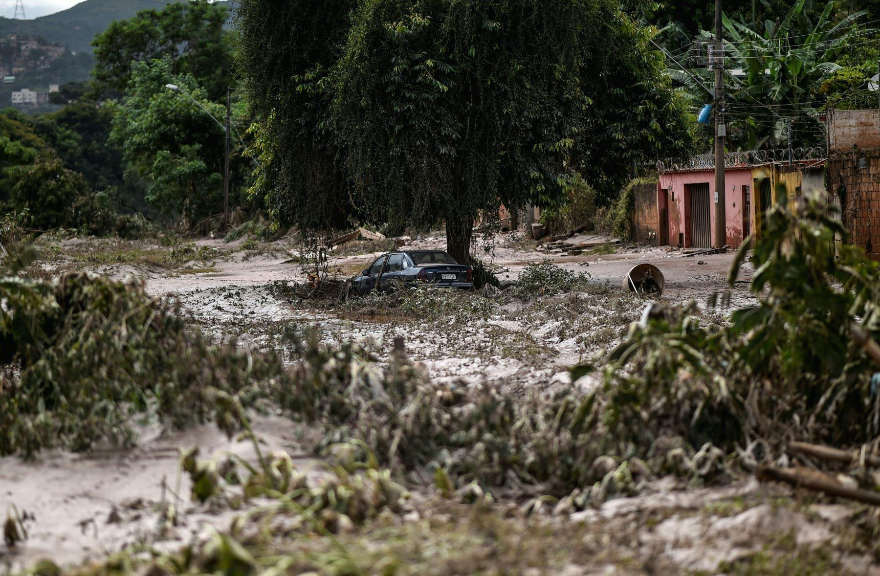 Oficina de Defensa Civil del estado de Minas Gerais informa  faltan diecisiete personas, siete resultaron heridas y unas 3.500 fueron expulsadas de sus hogares tras una serie de derrumbes y derrumbes de edificios. AFP