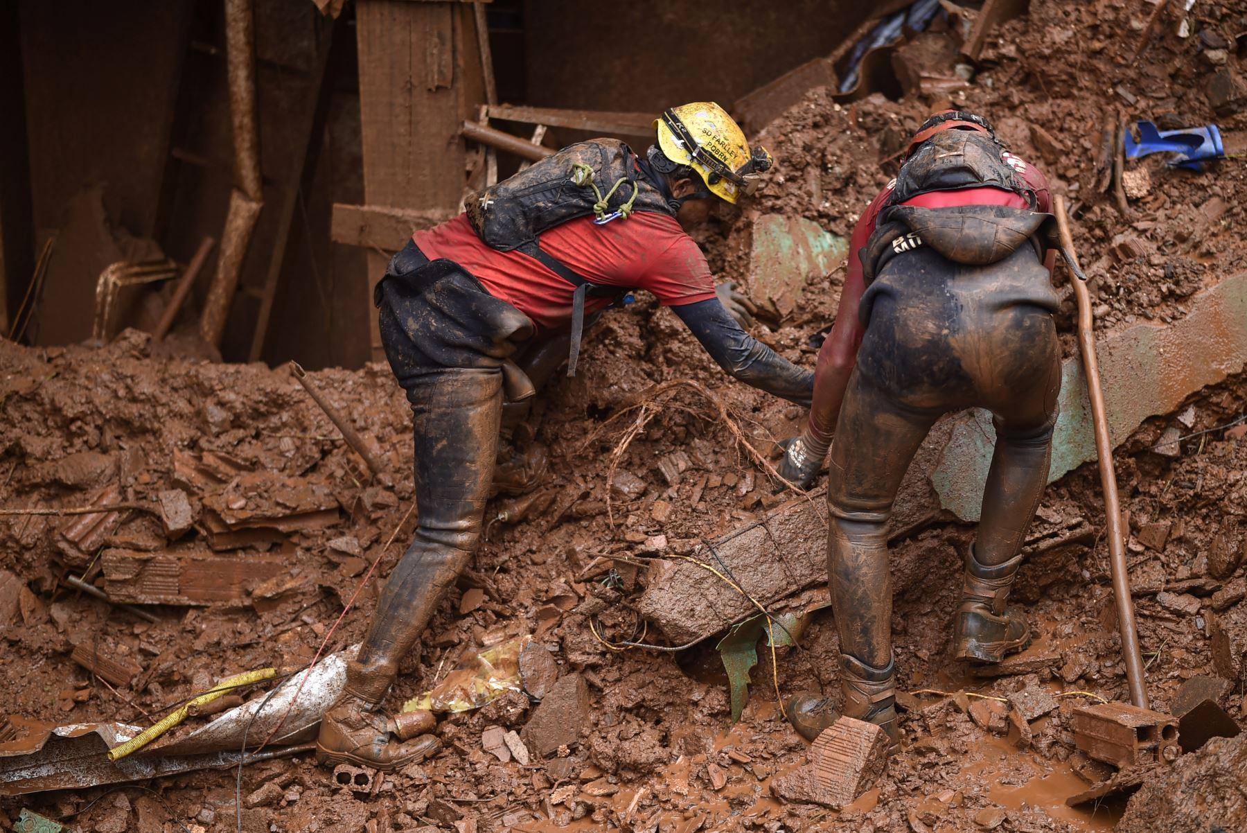 Los bomberos buscan personas desaparecidas después de un deslizamiento de tierra en Vila Bernadete, Belo Horizonte, estado de Minas Gerais, Brasil. AFP