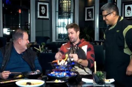 """William Levy en entrevista con Raúl de Molina para """"El gordo y la flaca"""" en su restaurante, al lado del chef ejecutivo del mismo."""
