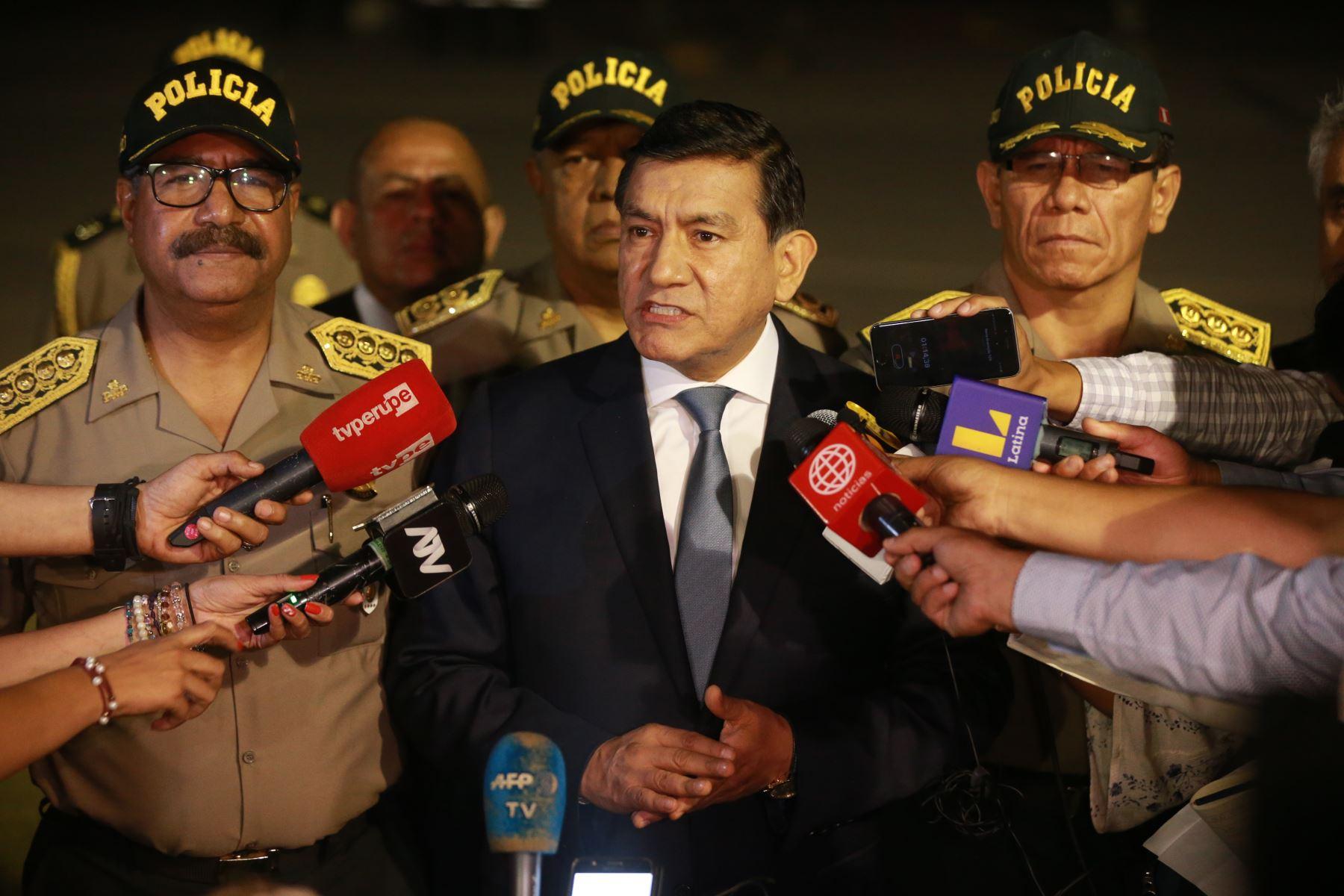 El ministro del Interior, Carlos Morán, supervisó la expulsión de 131 ciudadanos venezolanos, la mayoría de ellos implicados en el caso del hotel Rojo de Punta Negra, además de otro grupo intervenido en operativos, en la ciudad de Huancayo. Foto:ANDINA/ Jhony Laurente