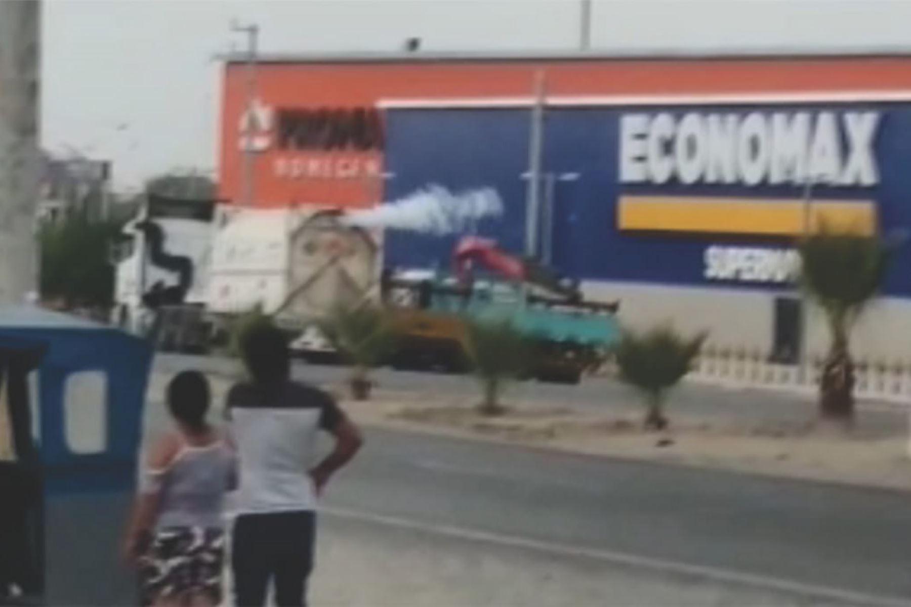 Fuga de gas de cisterna generó alarma en centro comercial de Sullana, en Piura. ANDINA/Difusión