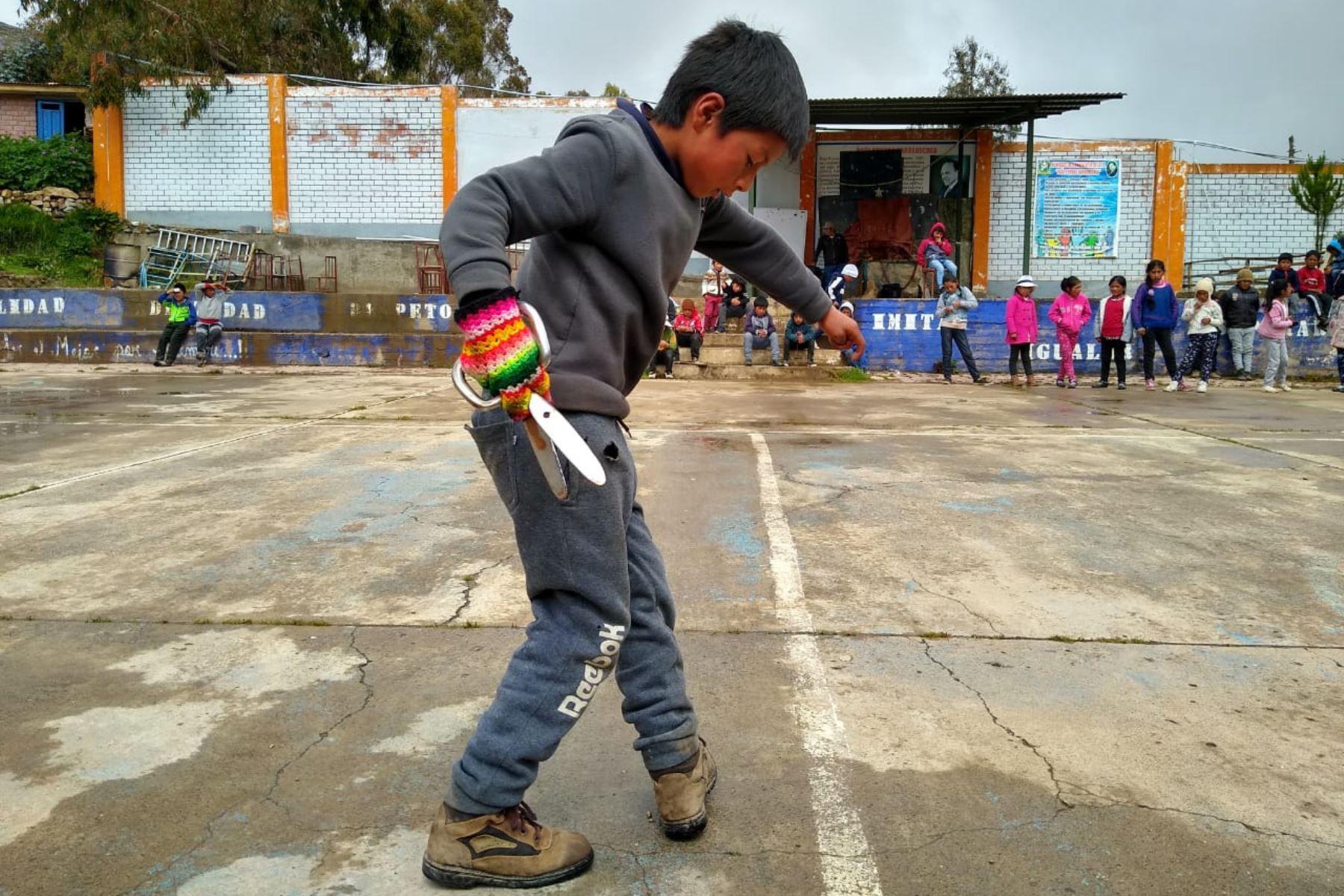 Así aprenden los niños de Huancavelica a bailar la milenaria danza de las tijeras. Foto: Pedro Tinoco