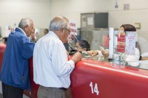 Jubilados cobrando pensiones. Foto: ANDINA/Difusión.