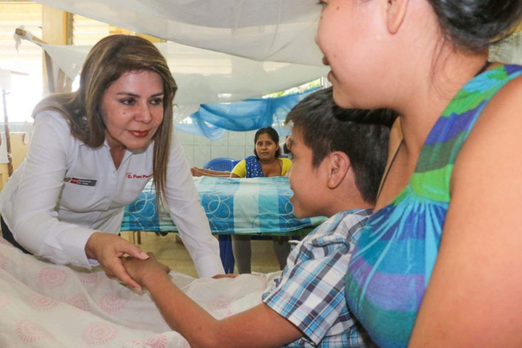 Frente a los casos de dengue que se reportan en algunas zonas del país, la ministra de Salud, Elizabeth Hinostroza, anunció esta tarde que se declarará en emergencia sanitaria a las regiones Loreto, Madre de Dios y San Martín, para combatir el brote de esta enfermedad