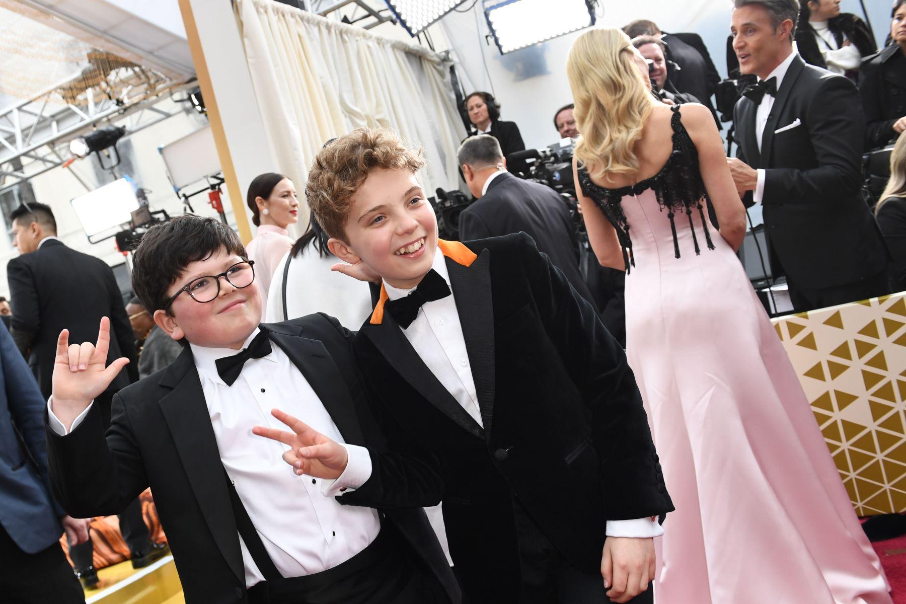 El actor británico Archie Yates y el actor británico Roman Griffin Davis (C) llegan para los 92o Oscar en el Dolby Theatre de Hollywood, California. Foto: AFP