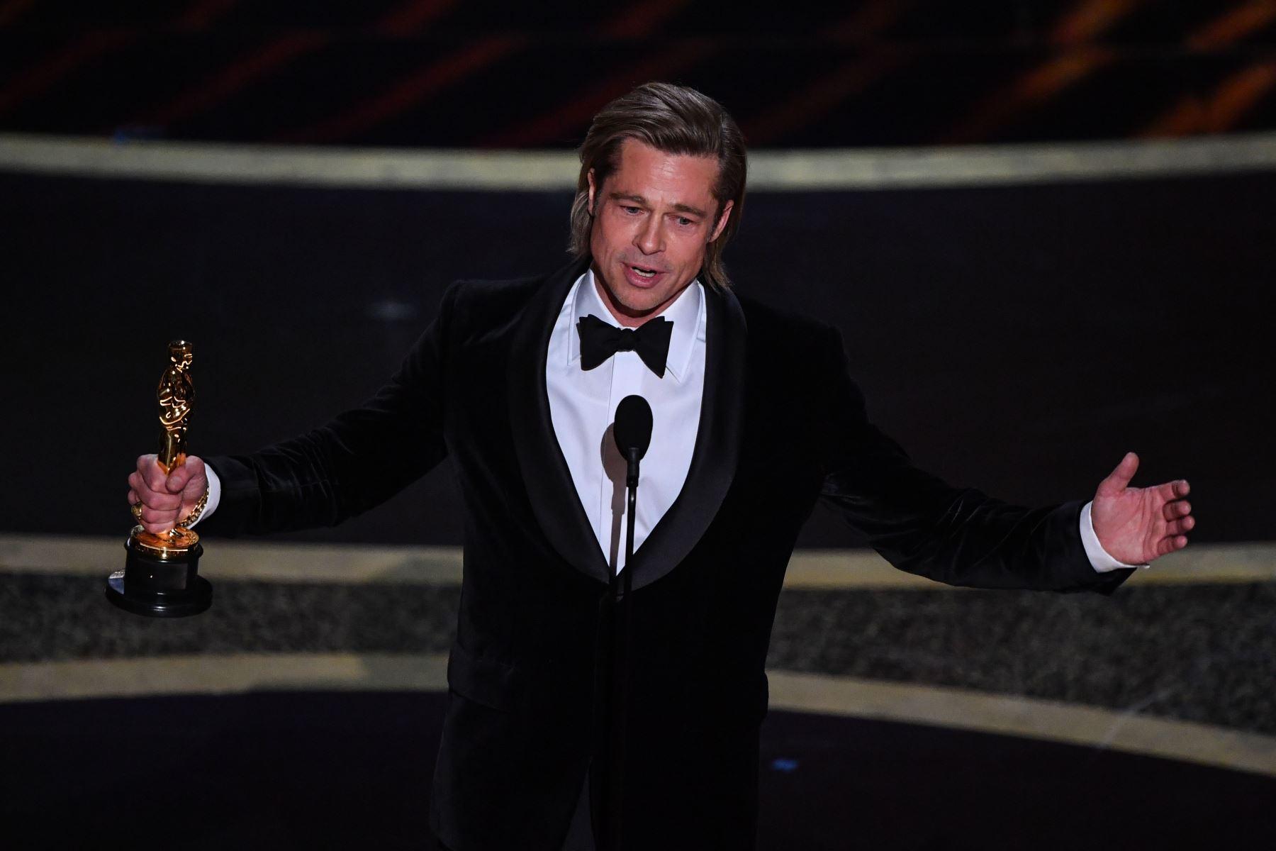 """El actor estadounidense Brad Pitt acepta el premio al Mejor Actor de Reparto por """"Érase una vez ... en Hollywood"""" durante los 92o Oscars en el Dolby Theatre de Hollywood, California.Foto:AFP"""
