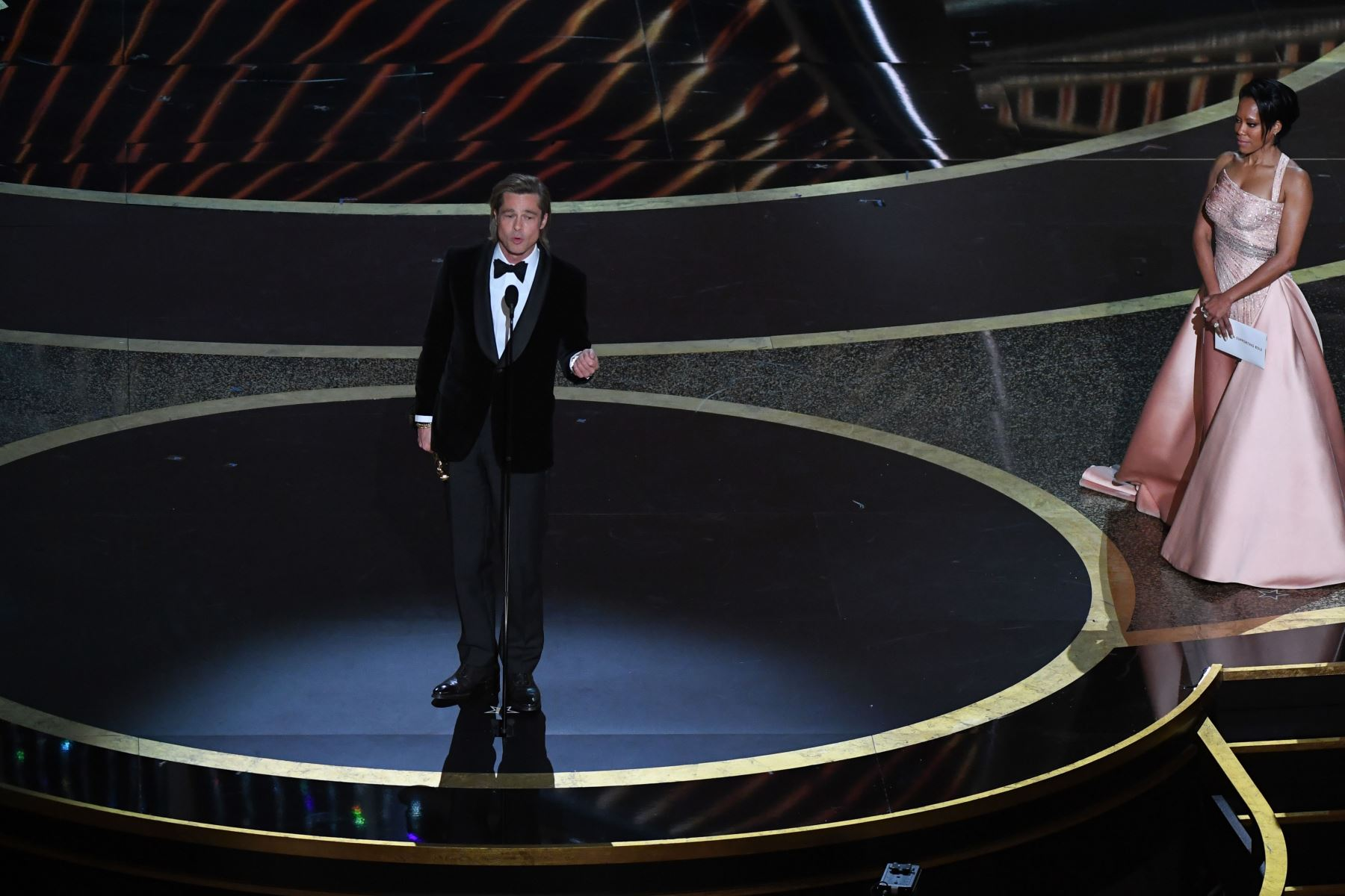 """El actor estadounidense Brad Pitt acepta el premio al Mejor Actor en un papel secundario por """"Érase una vez ... en Hollywood"""" durante los 92o Oscars en el Dolby Theatre de Hollywood, California. Foto: AFP"""