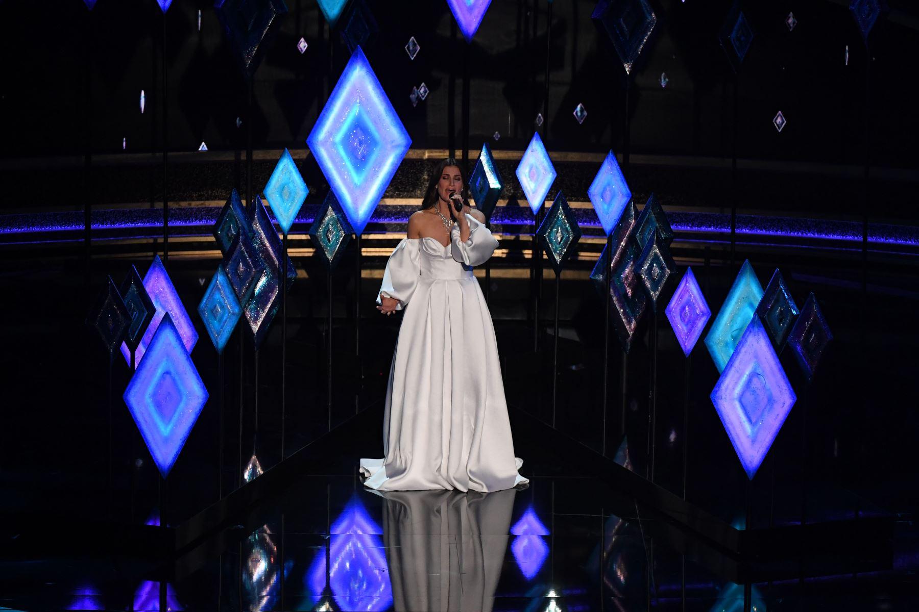 La actriz y cantante estadounidense Idina Menzel se presenta en el escenario durante los 92o Oscars en el Dolby Theatre de Hollywood. Foto: AFP