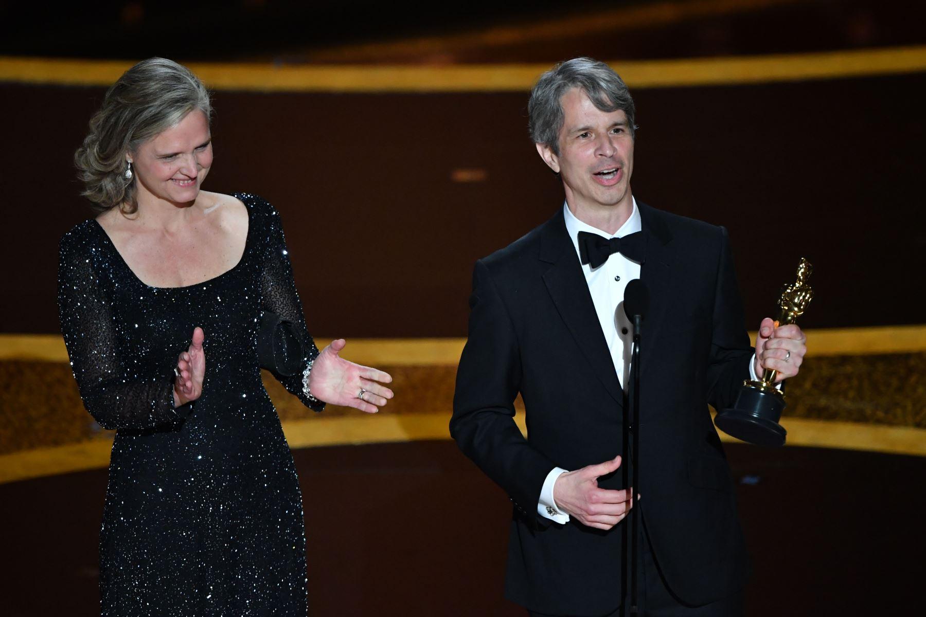 """El director estadounidense Marshall Curry y Elizabeth Martin aceptan el premio al mejor cortometraje de acción en vivo por """"The Neighbours Window"""" durante la 92ª entrega de los Oscar en el Dolby Theatre de Hollywood, California. Foto: AFP"""