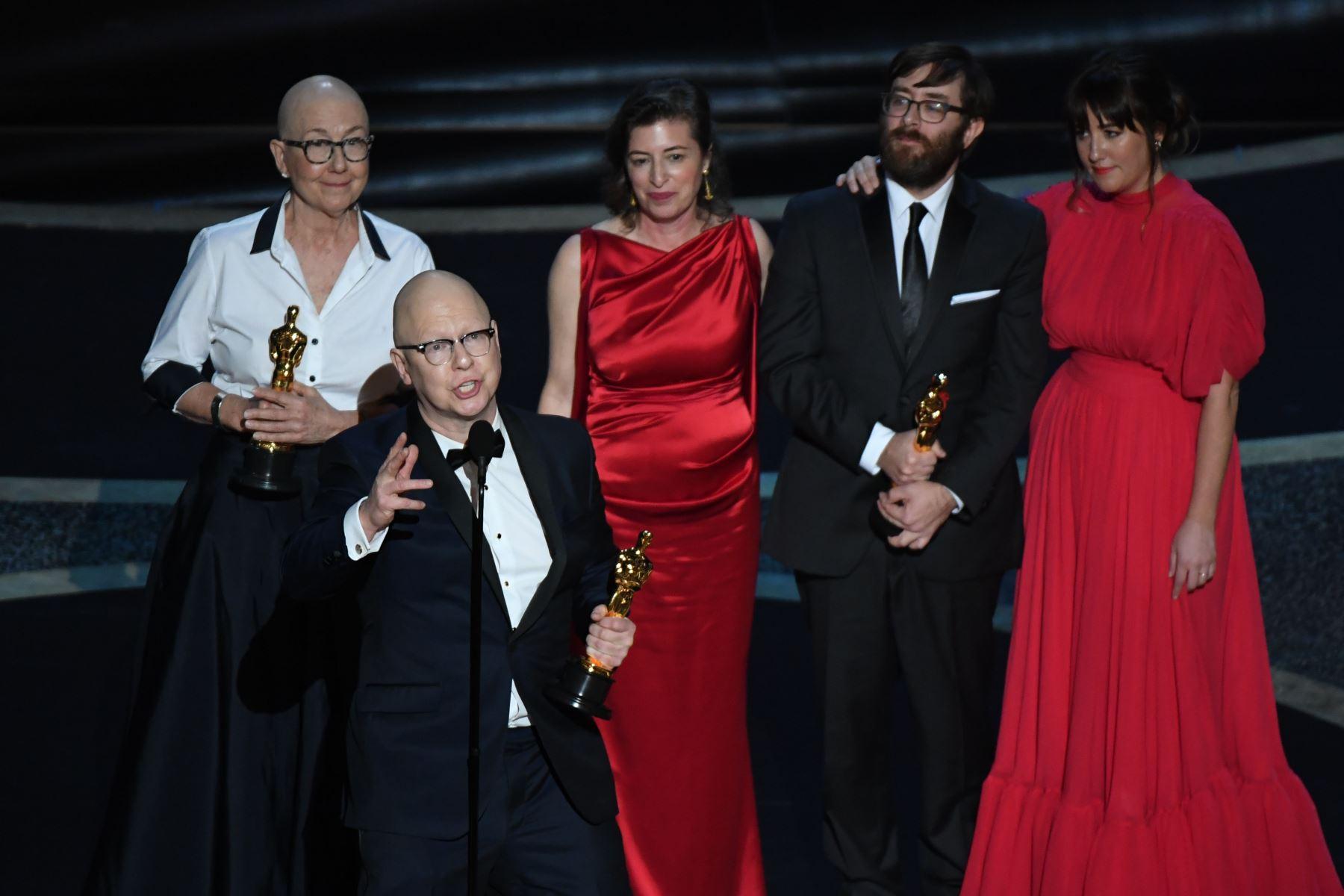 """Los directores estadounidenses Steven Bognar  y Julia Reichert aceptan el premio a la Mejor Película Documental para """"American Factory"""" durante los 92o Oscars en el Dolby Theatre de Hollywood, California. Foto: AFP"""