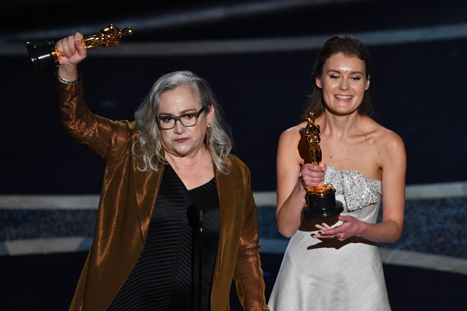 """La cineasta estadounidense Carol Dysinger  y la directora Elena Andreicheva aceptan el premio al mejor documental de tema corto por """"Aprender a patinar en una zona de guerra (si eres una niña)"""" durante los 92o Oscars en el Dolby Theatre de Hollywood, California. Foto: AFP"""