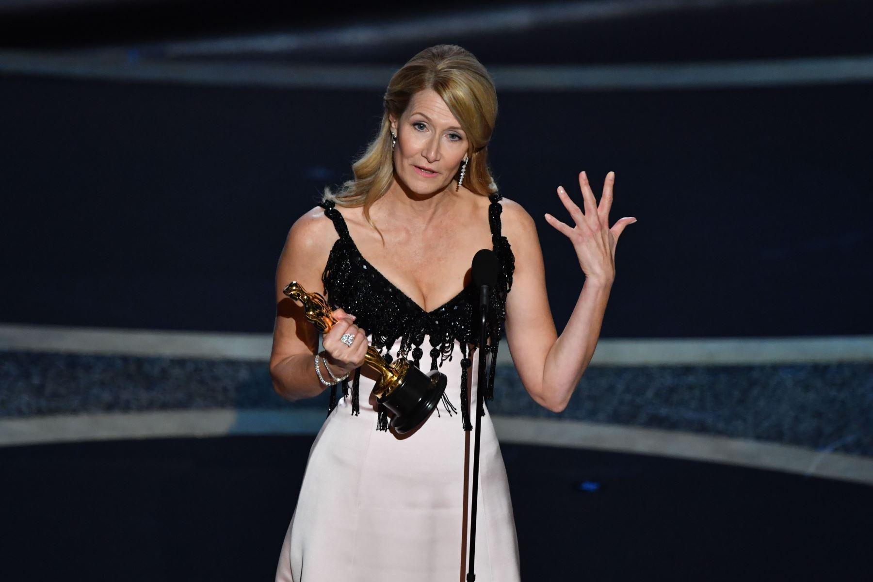 """La actriz estadounidense Laura Dern acepta el premio a la Mejor Actriz en un papel secundario por """"Marriage Story"""" durante los 92o Oscar en el Dolby Theatre de Hollywood, California. Foto: AFP"""