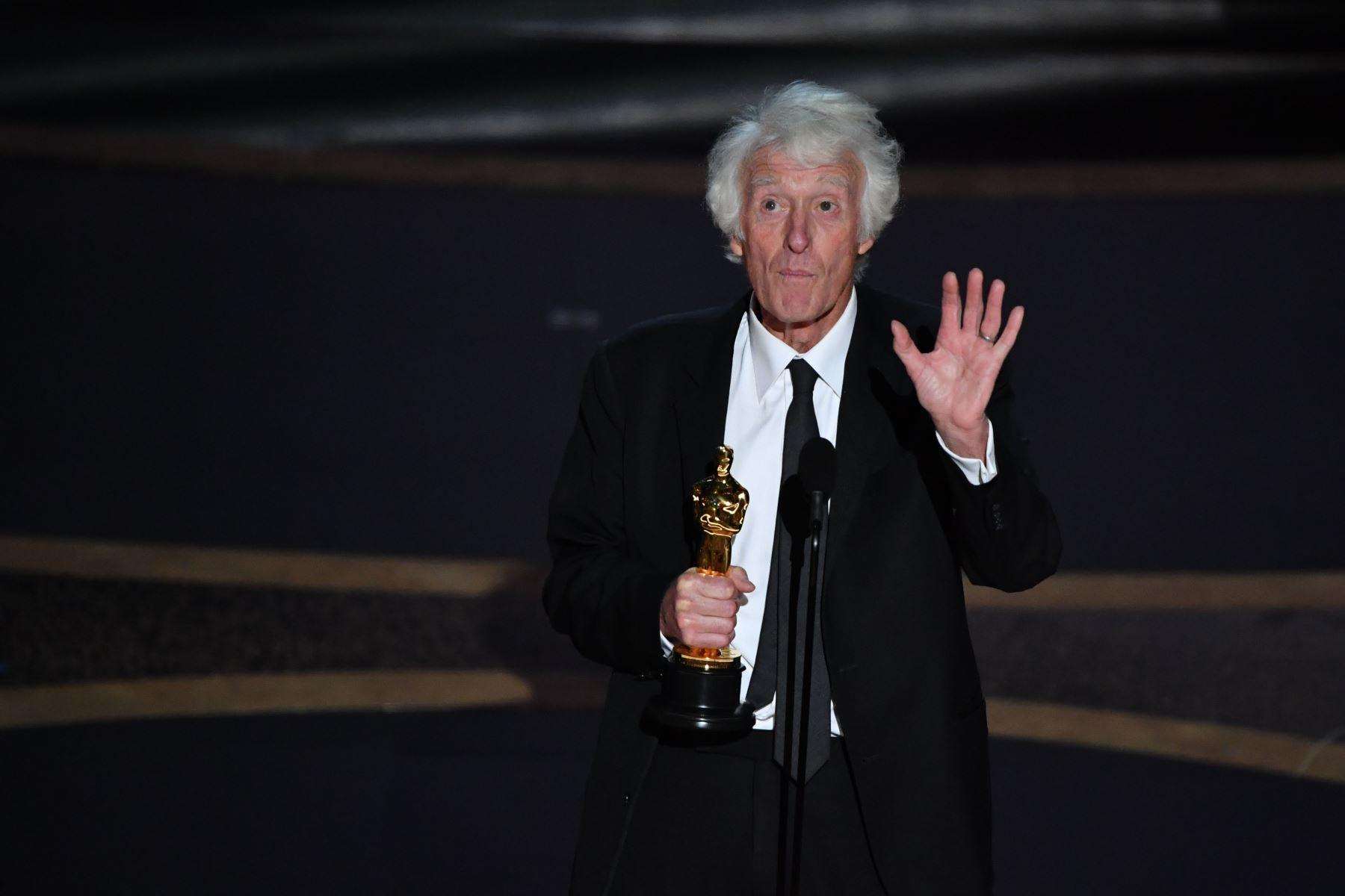 """El director de fotografía británico Roger Deakins acepta el premio a la mejor fotografía por """"1917"""" durante la 92a edición de los Oscar en el Dolby Theatre de Hollywood, California, el 9 de febrero de 2020. Foto: AFP"""