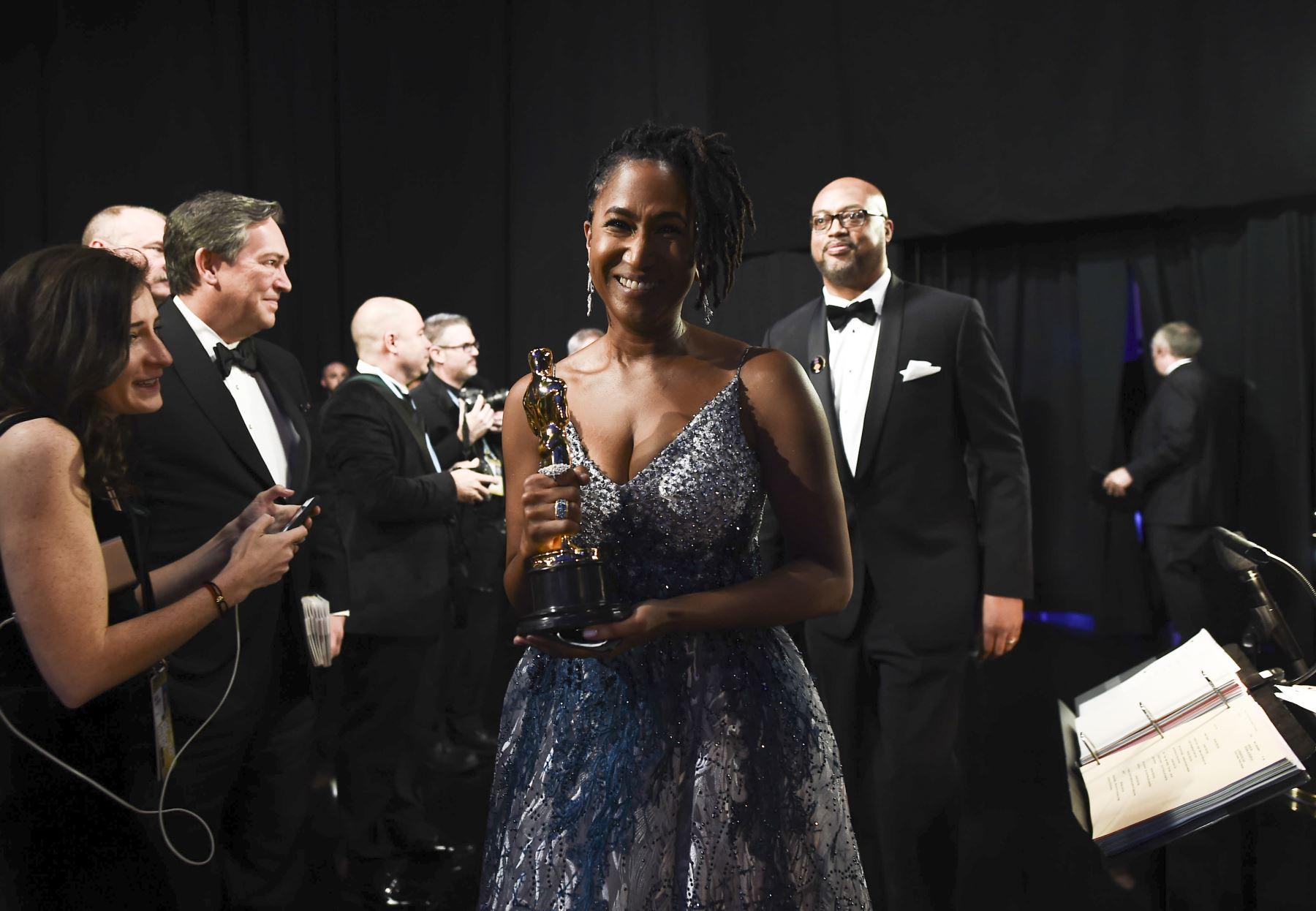 En esta foto proporcionada por A.M.P.A.S., Karen Rupert Toliver camina entre bastidores con el premio al Cortometraje de animación durante los 92o Oscars en el Dolby Theatre de Hollywood, California. Foto: AFP