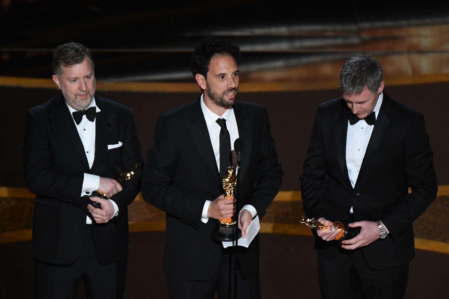 """Greg Butler (L), Guillame Rocheron (C) y Dominic Tuohy aceptan el premio a los Mejores Efectos Visuales por """"1917"""" durante los 92o Oscars en el Dolby Theatre de Hollywood, California. Foto: AFP"""
