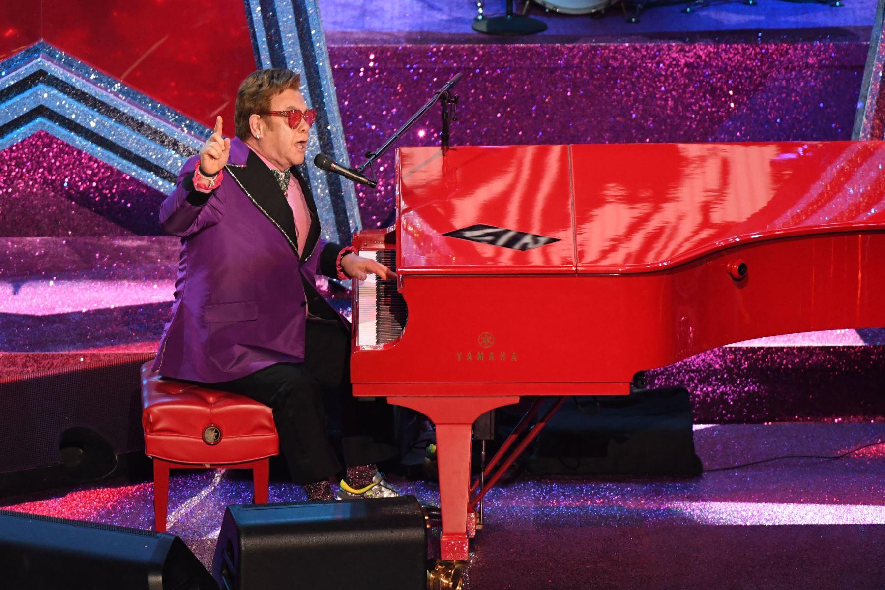 El cantante y compositor británico Elton John se presenta en el escenario durante los 92o Oscars en el Dolby Theatre de Hollywood, California. Foto: AFP