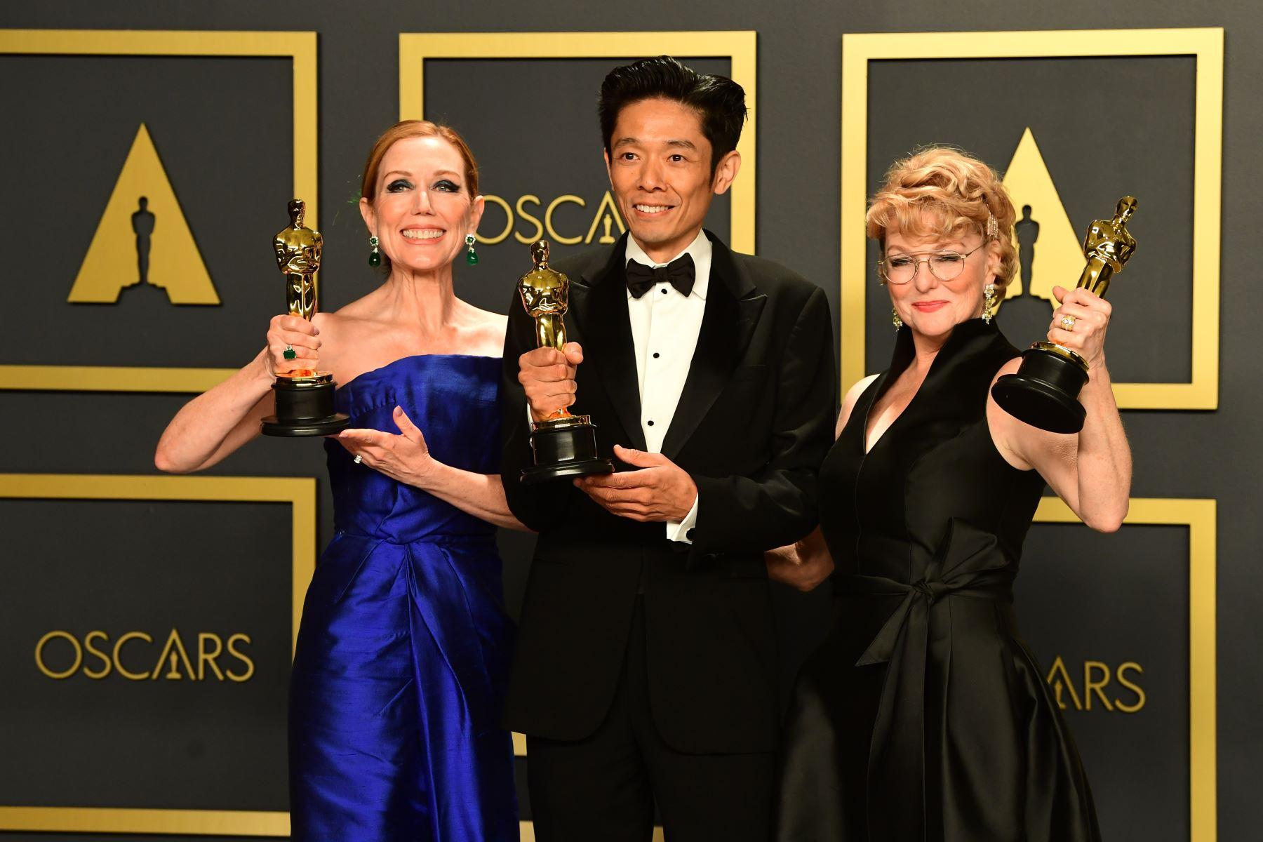 """La maquilladora japonesa-estadounidense Kazu Hiro (C), la estilista estadounidense Anne Morgan (L) y la maquilladora estadounidense Vivian Baker posan en la sala de prensa con el Oscar al mejor maquillaje y peinado por """"Bombshell"""" durante los 92o Oscar en el Dolby Theatre en Hollywood, California. Foto: AFP"""