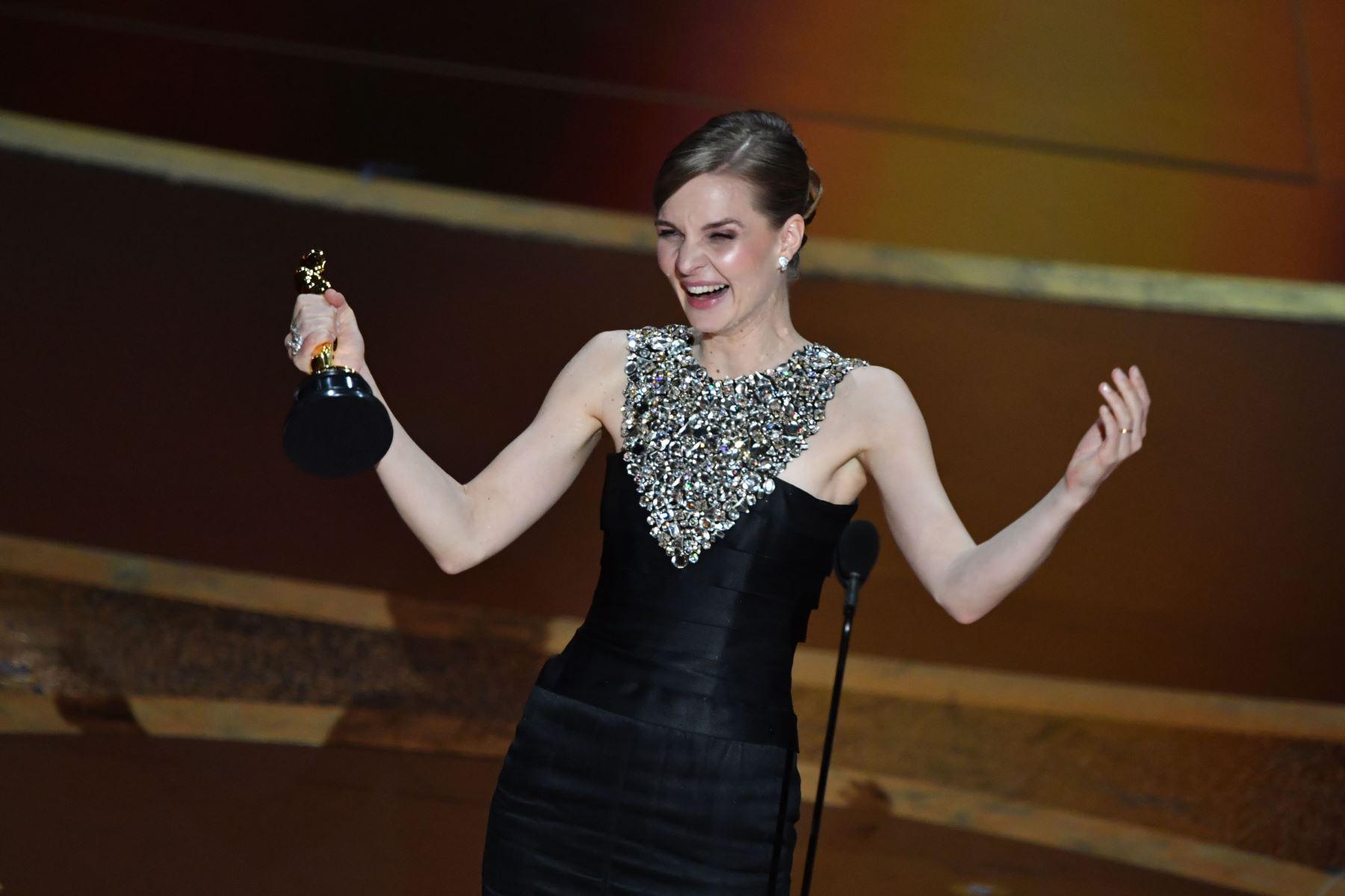 """El músico islandés Hildur Gudnadottir acepta el premio a la mejor partitura original por """"Joker"""" durante la 92a edición de los Oscar en el Dolby Theatre de Hollywood, California. Foto: AFP"""