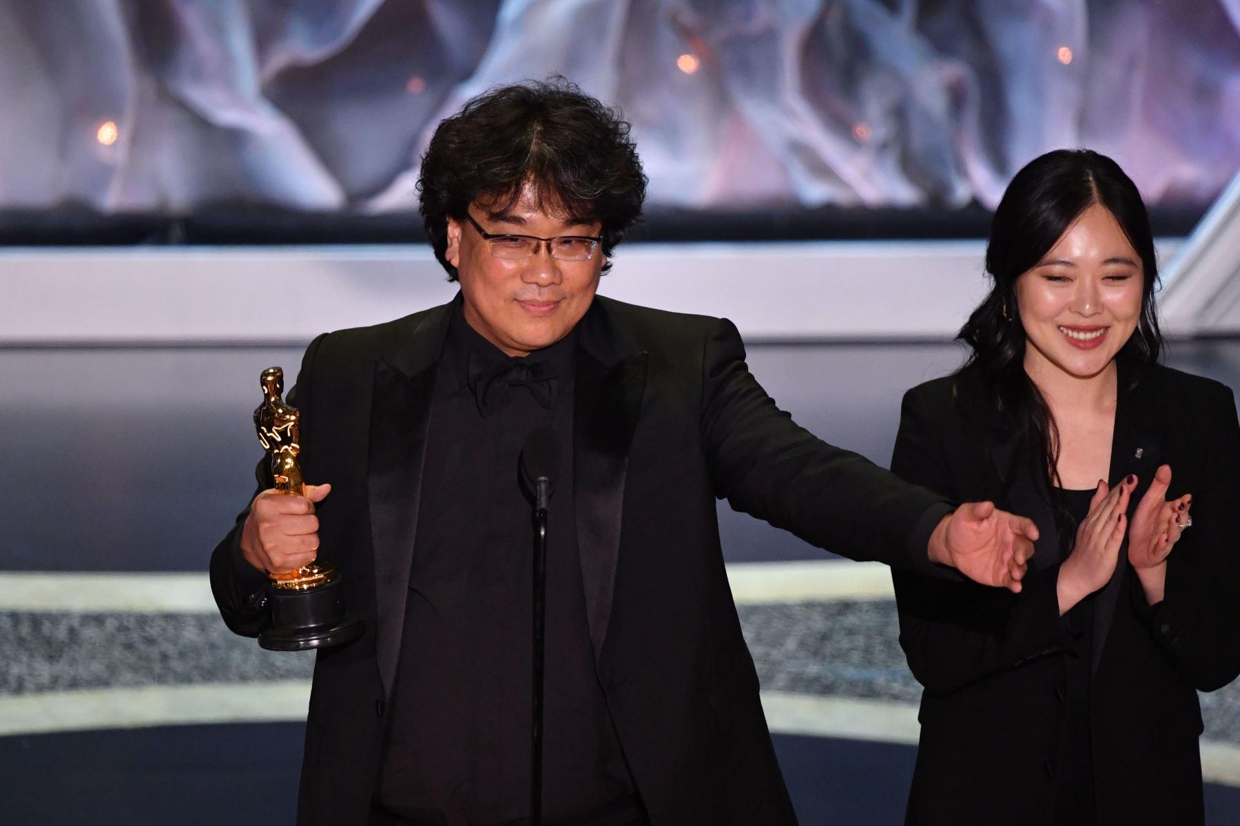 """El director surcoreano Bong Joon-ho acepta el premio al mejor largometraje internacional por """"Parasite"""" durante los 92o Oscars en el Dolby Theatre de Hollywood, California. Foto: AFP"""