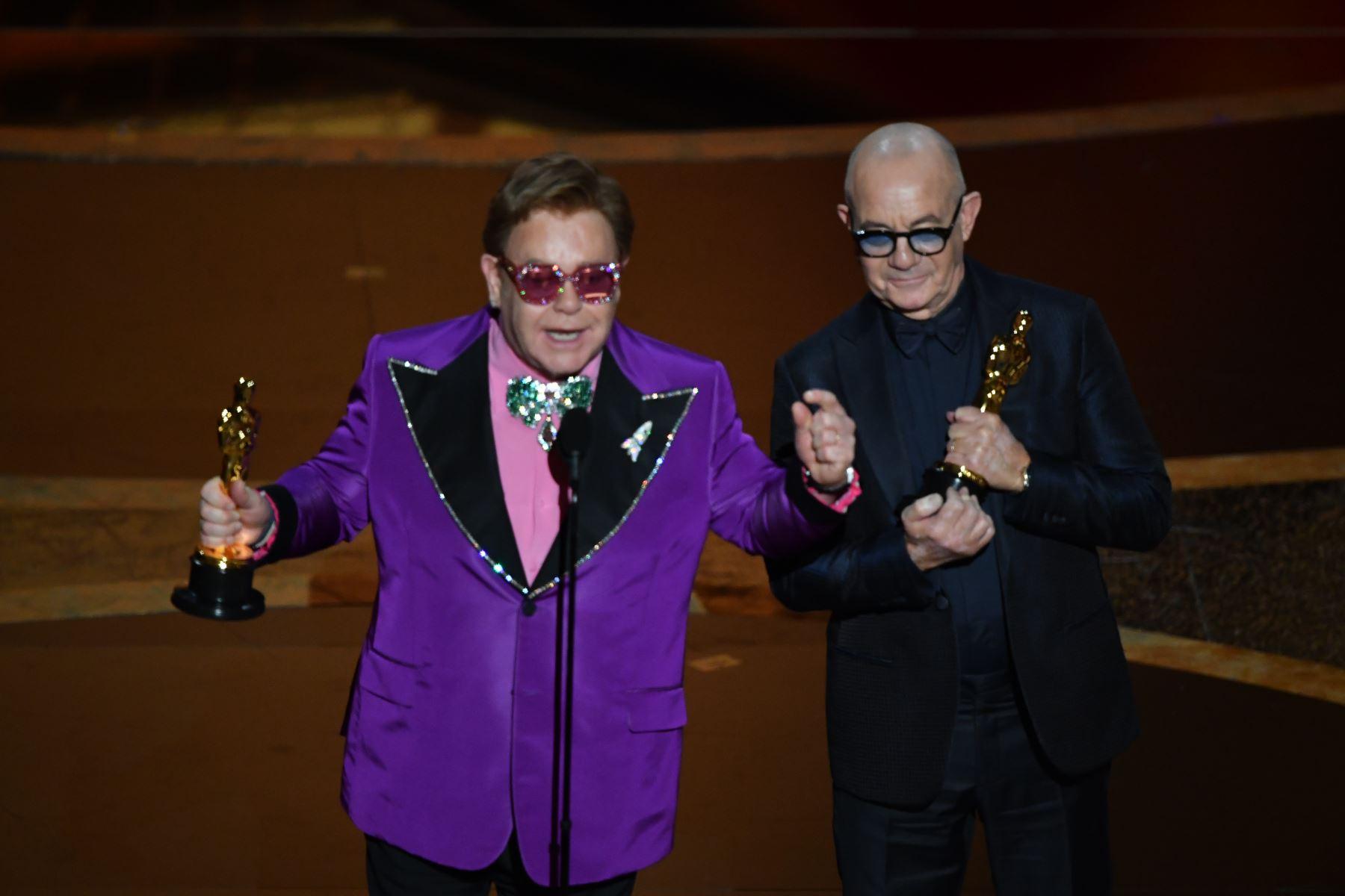 """El cantante y compositor británico Elton John y el letrista británico Bernie Taupin aceptan el premio a la Mejor Canción Original por """"(I"""