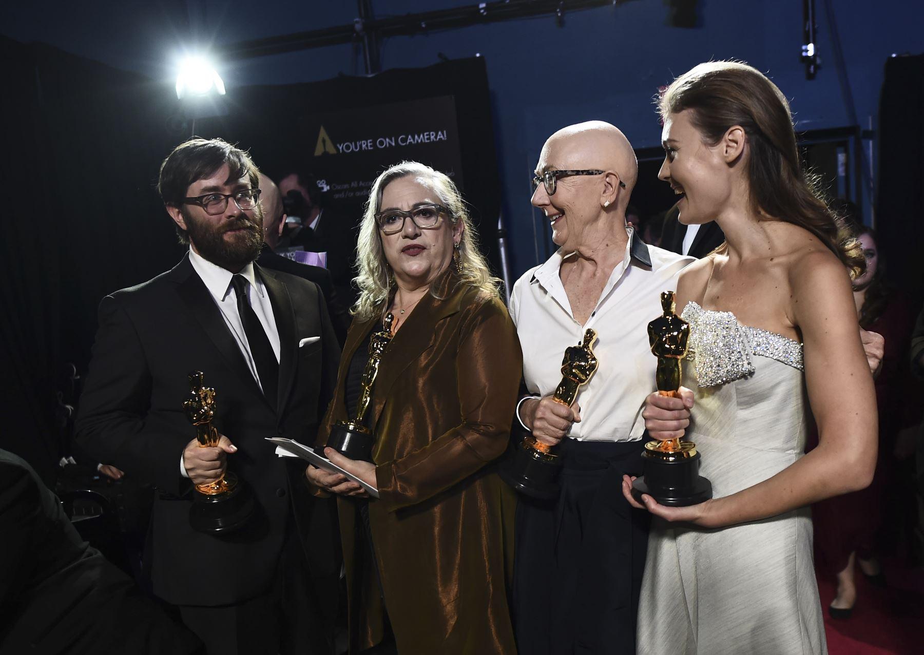 Los ganadores del Oscar Jeff Reichert, Carol Dysinger, Julia Reichert y Elena Andreicheva posan detrás del escenario durante la 92a Anual de los Premios de la Academia en el Dolby Theatre en Hollywood, California. Foto: AFP