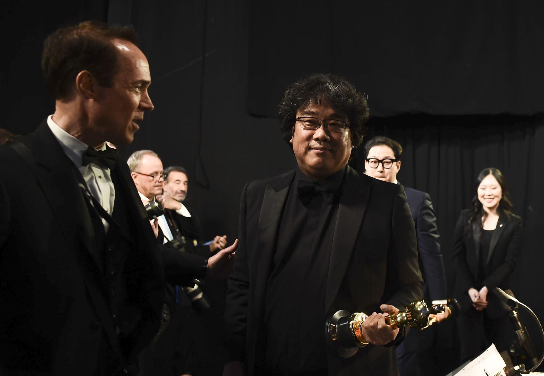 Ganador del Mejor Guión Original, Bong Joon Ho, aparece entre bastidores durante los 92o Oscar en el Dolby Theatre de Hollywood, California. Foto: AFP