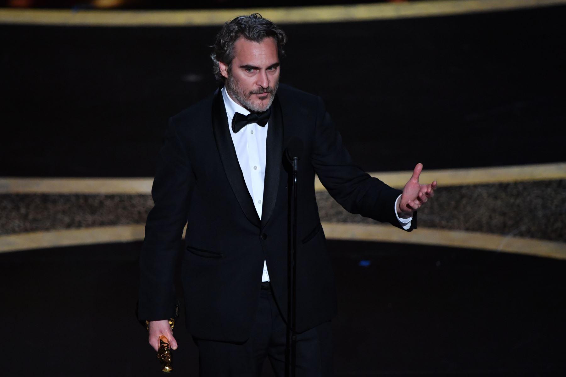 """El actor estadounidense Joaquin Phoenix acepta el premio al Mejor Actor por """"Joker"""" en el escenario durante la 92a edición de los Oscar en el Dolby Theatre de Hollywood, California. Foto: AFP"""