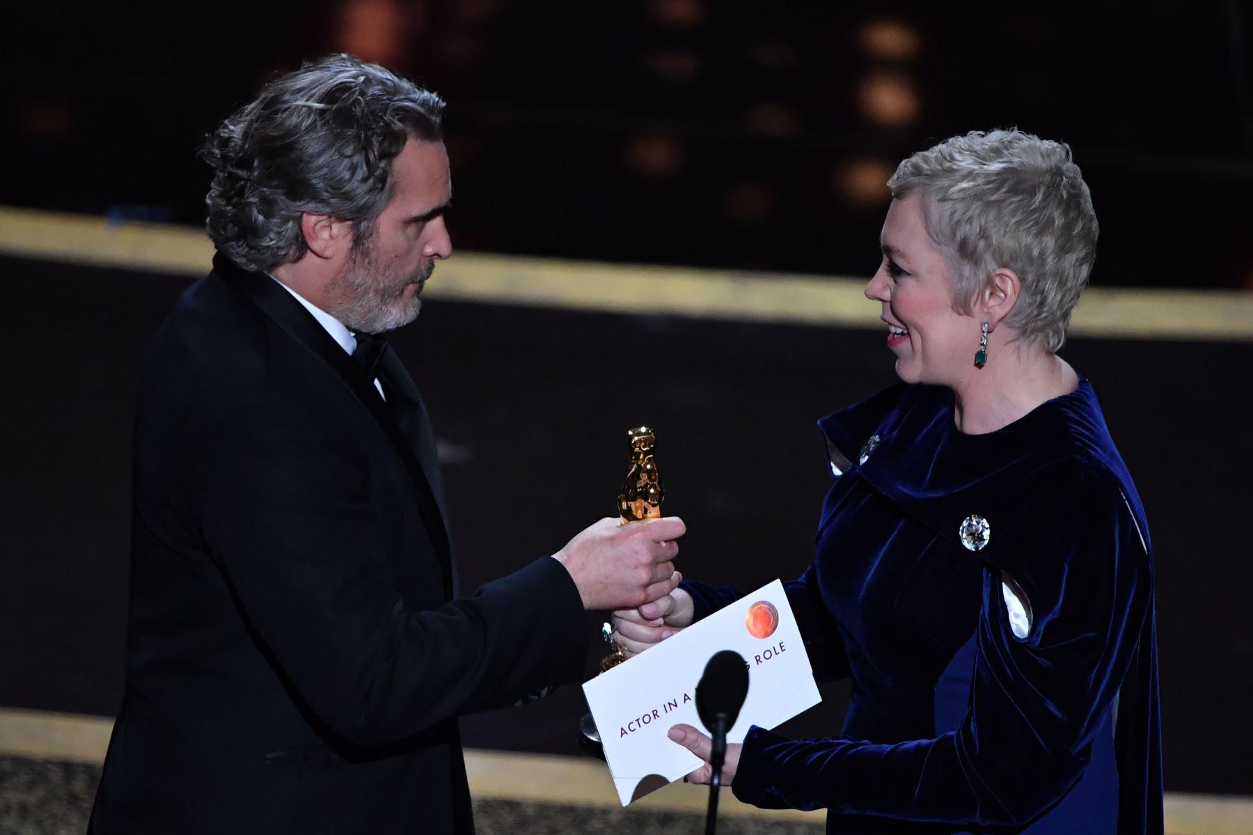 """El actor estadounidense Joaquín Phoenix (L) acepta el premio al Mejor Actor por """"Joker"""" de la actriz británica Olivia Colman durante la 92a edición de los Oscar en el Dolby Theatre de Hollywood. Foto: AFP"""