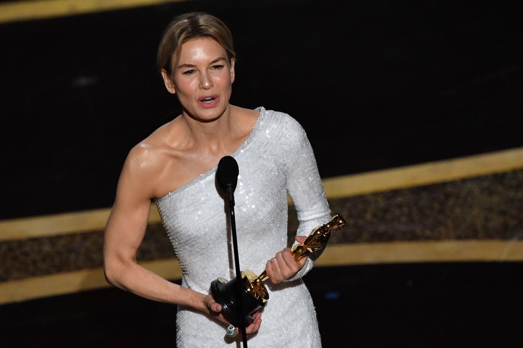 """La actriz estadounidense Renee Zellweger acepta el premio a la Mejor Actriz en un papel protagónico por """"Judy"""" durante los 92o Oscar en el Dolby Theatre de Hollywood, California. Foto: AFP"""