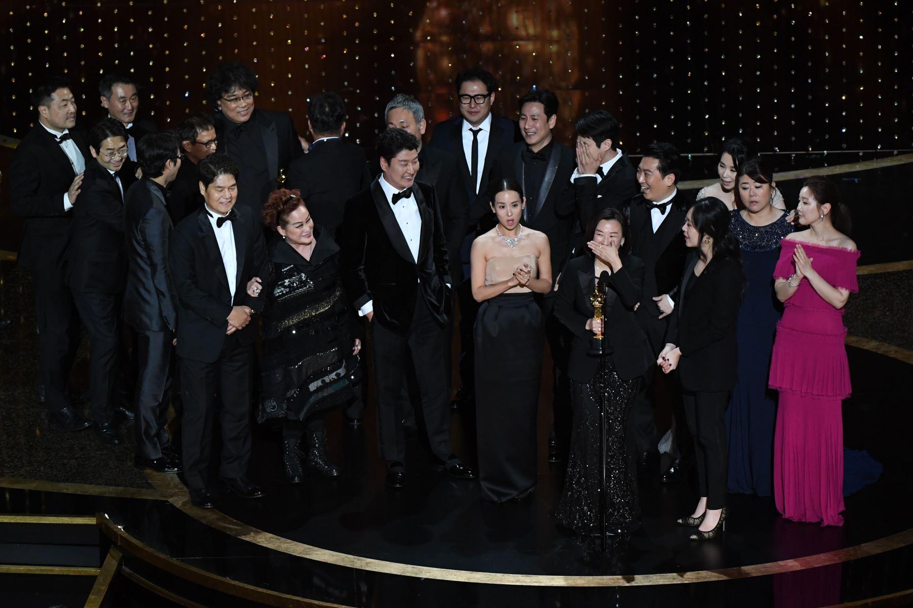 """El elenco y el equipo de """"Parasite"""" aceptan el premio a la Mejor Película por """"Parasite"""" durante la 92ª entrega de los Oscar en el Dolby Theatre de Hollywood, California. Foto: AFP"""
