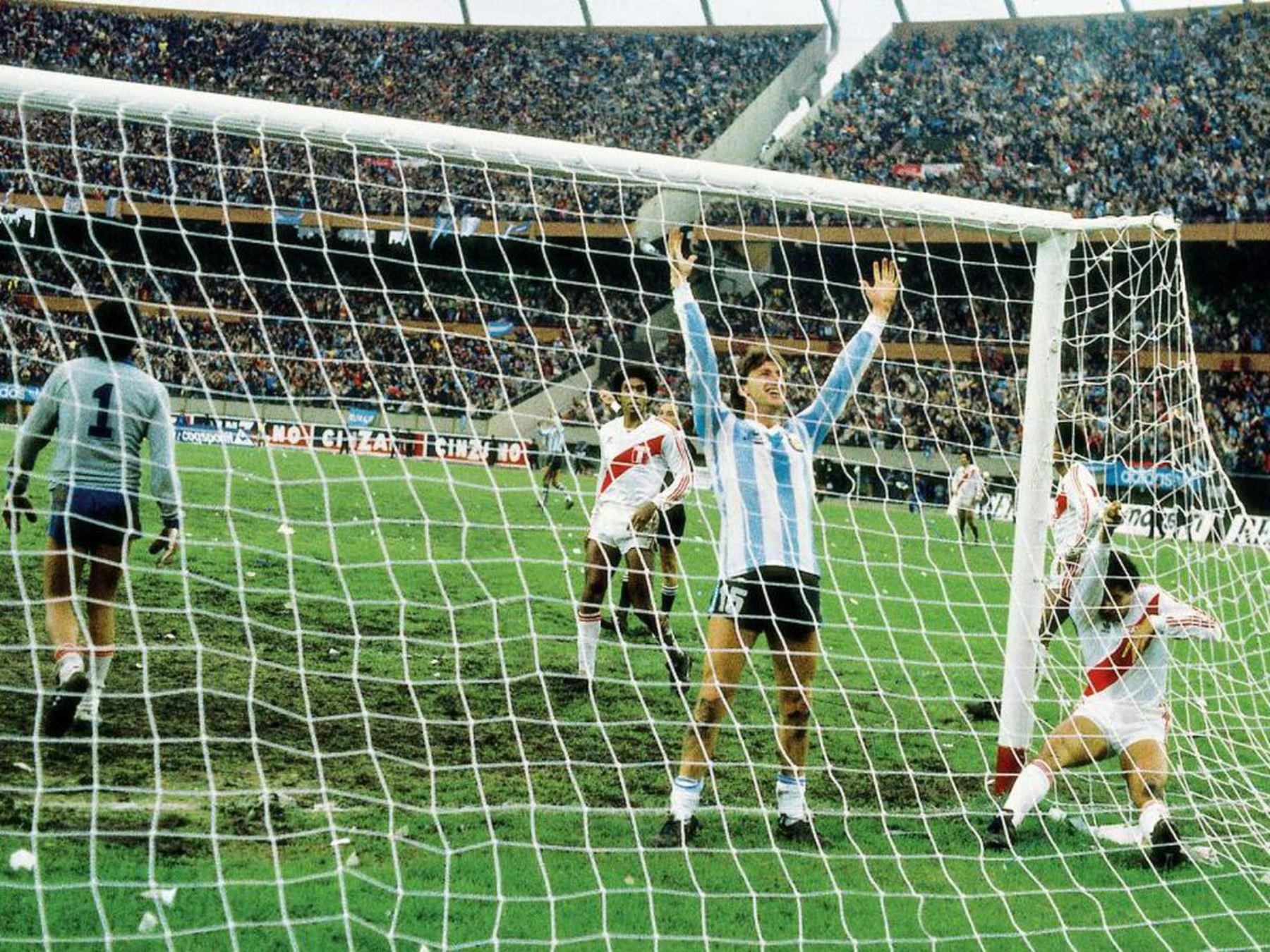 Gol frente a Perú con el que logro la clasificación de Argentina al mundial de México 86. A pesar de eso no fue seleccionado para jugar en el mundial. Foto: El GRAFICO