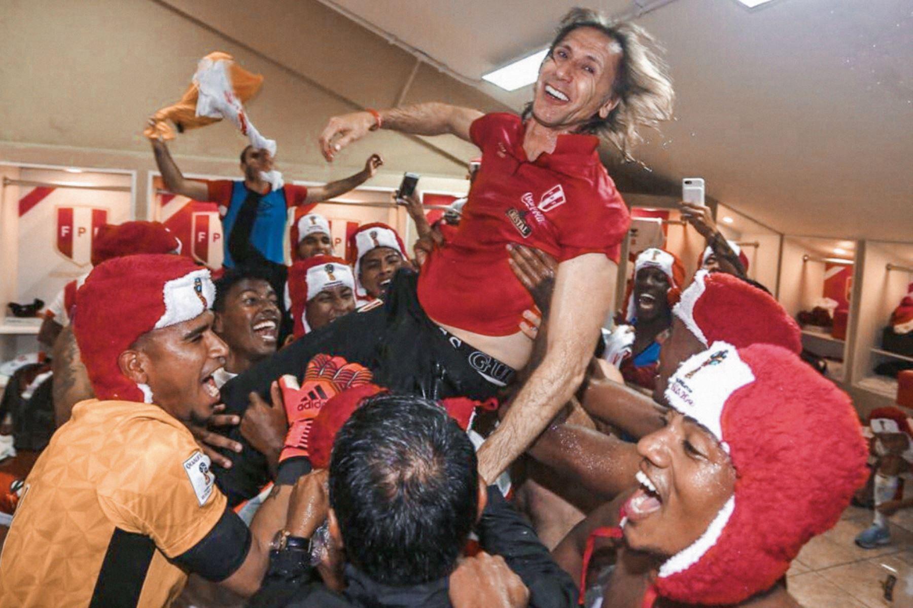 Tras lograr la clasificación al Mundial de Rusia 2018 es lanzado al aire por la felicidad de los jugadores de la selección peruana. Foto: FPF